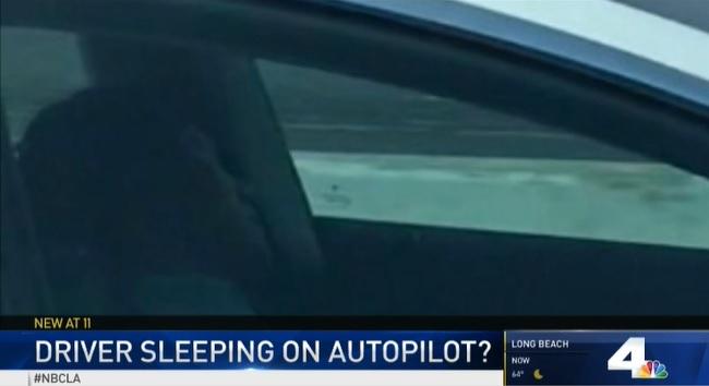 Aludni látták egy Tesla sofőrét