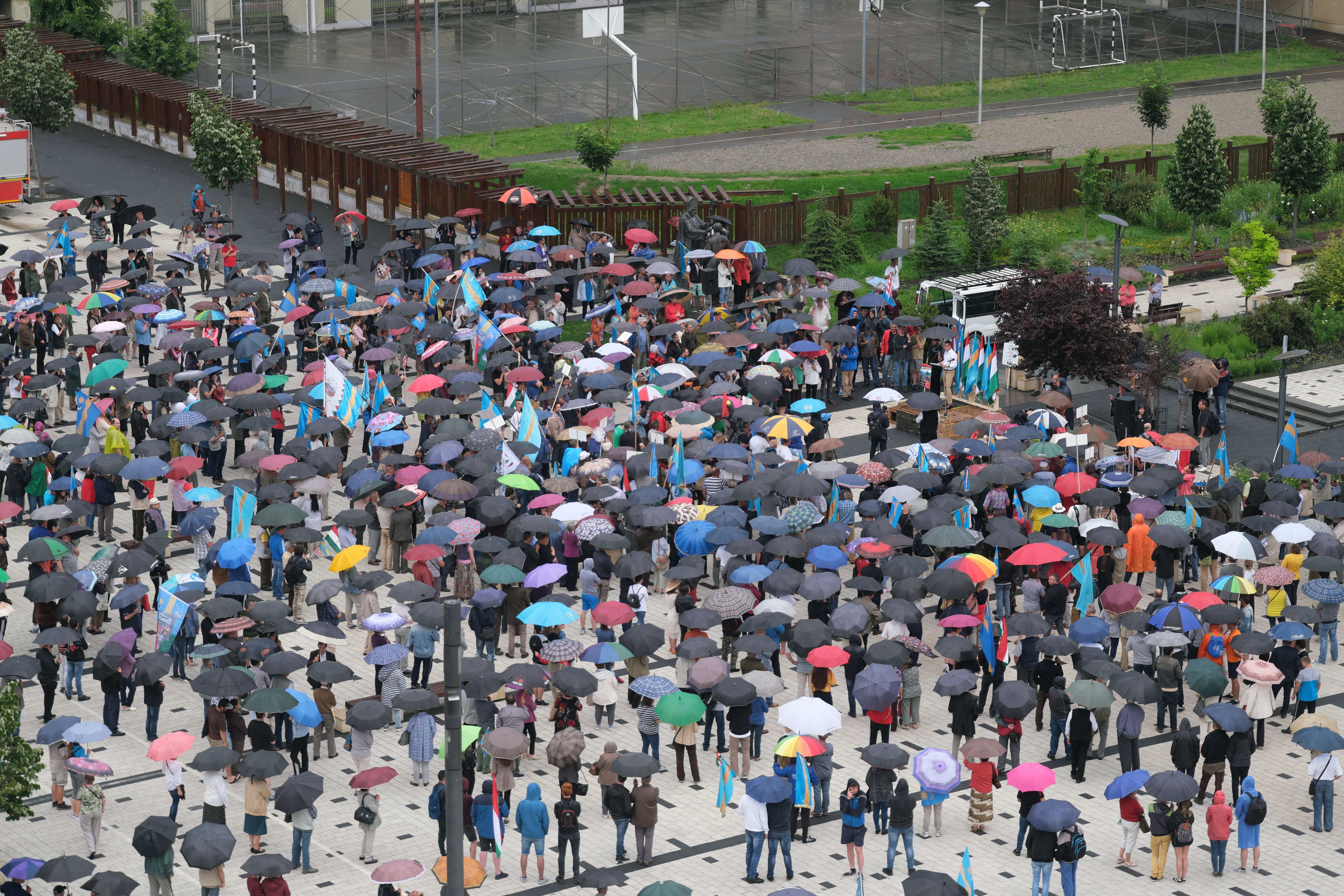Több százan tiltakoztak Csíkszeredában  az úzvölgyi incidens miatt