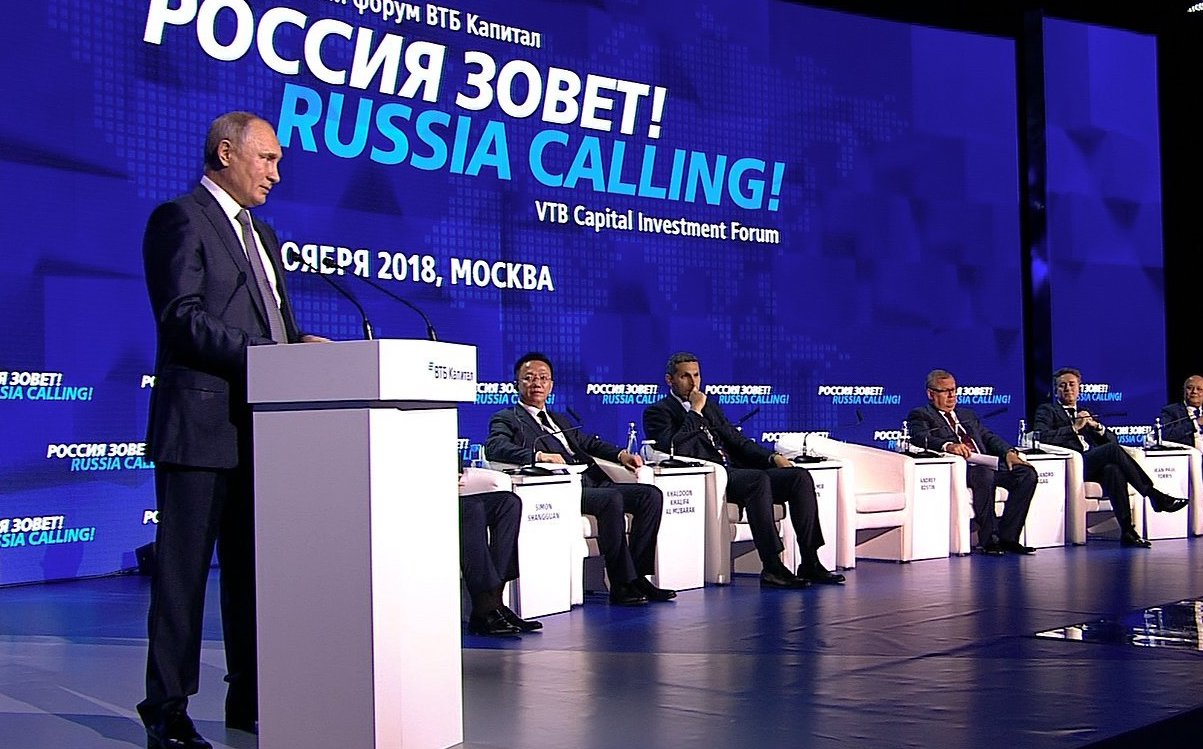 Putyinhoz bekötött pénzügyi óriás sejlik fel a Budapestre költöző bank mögött