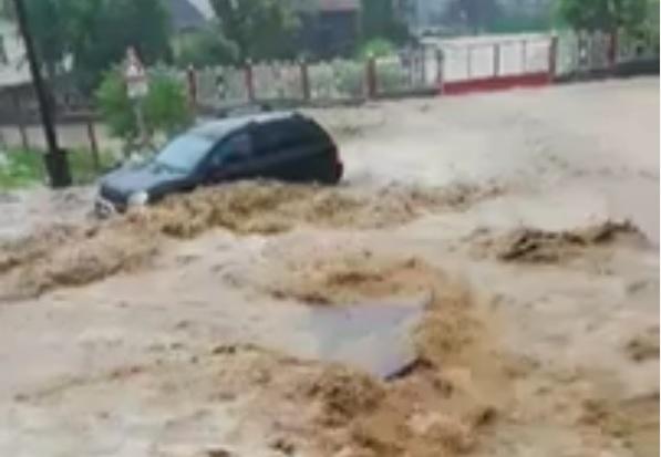 Árvizet okozott az eső Nagyvisnyón, folyóként hömpölygött a víz az utcán