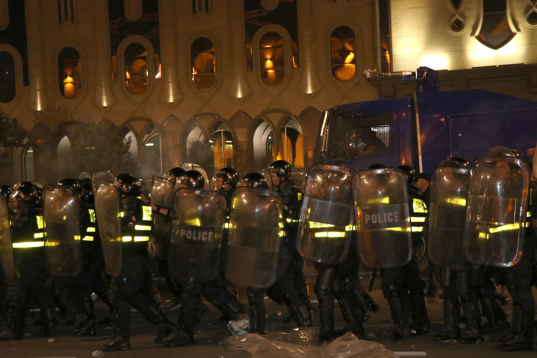 Megostromolták a parlamentet a grúz tüntetők, több tucatnyian megsérültek