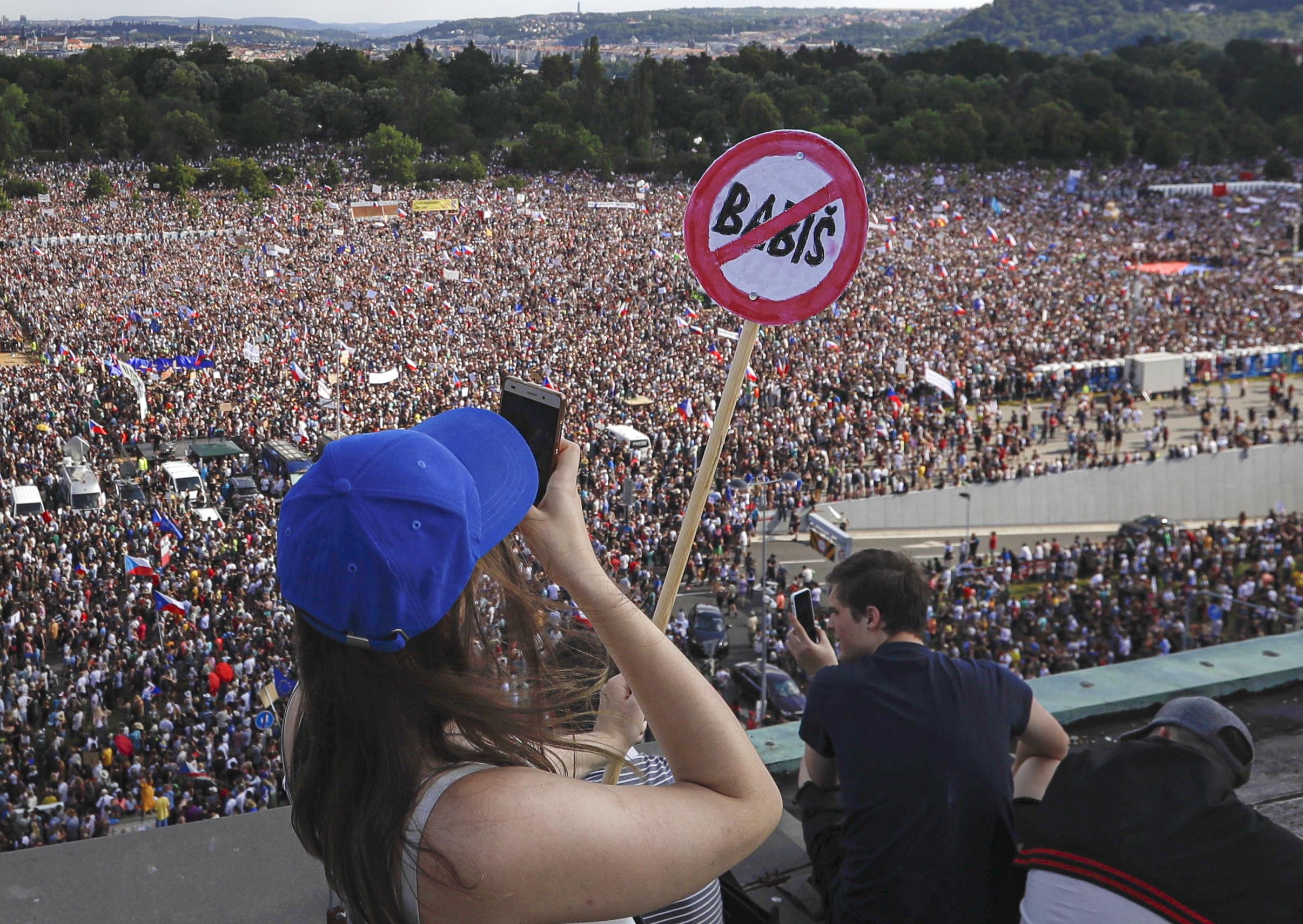 A rendszerváltás utáni legnagyobb tüntetést tartották Prágában, miután kiderült, hogy uniós pénzek jutottak a miniszterelnök környezetéhez