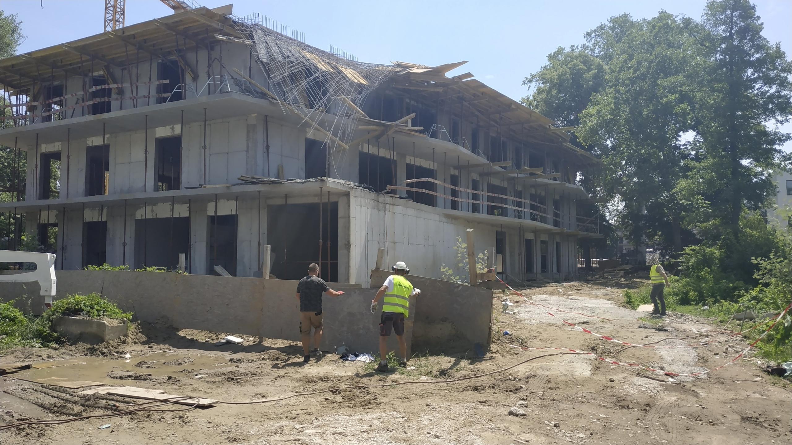 Beszakadt a tető egy balatonföldvári építkezésen