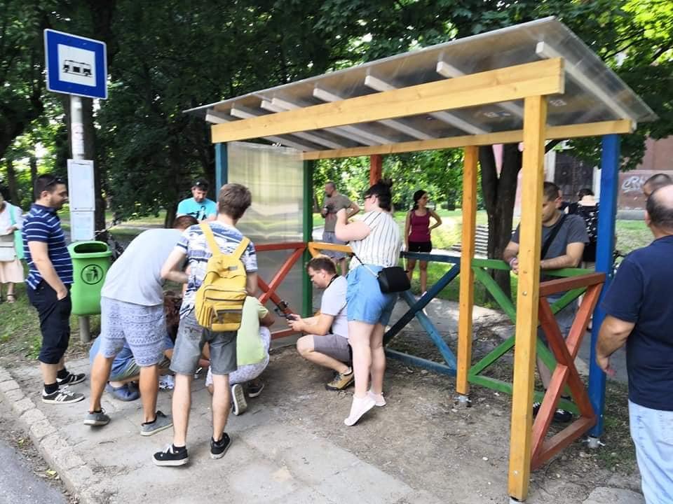 Már helyére is állították a Kétfarkúék buszmegállóját