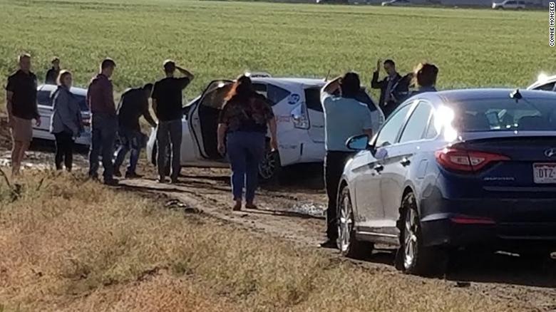 Google-humor: majdnem 100 autó akadt el egy sáros mezőn, mert a Google Maps tudott egy jó kerülőutat a dugóból