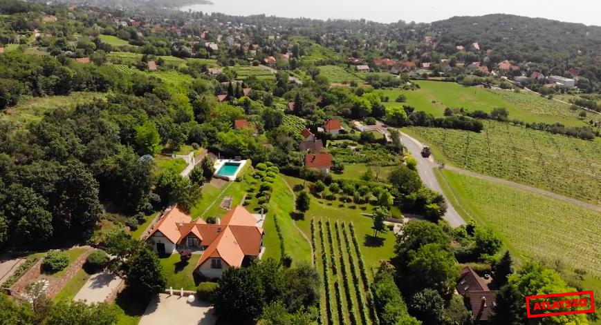 Tiborcz István két focipályányi, medencés birtokot vett Felsőörsön, amin papíron csak mezőgazdasági épületek állnak, a valóságban viszont egy luxusvilla