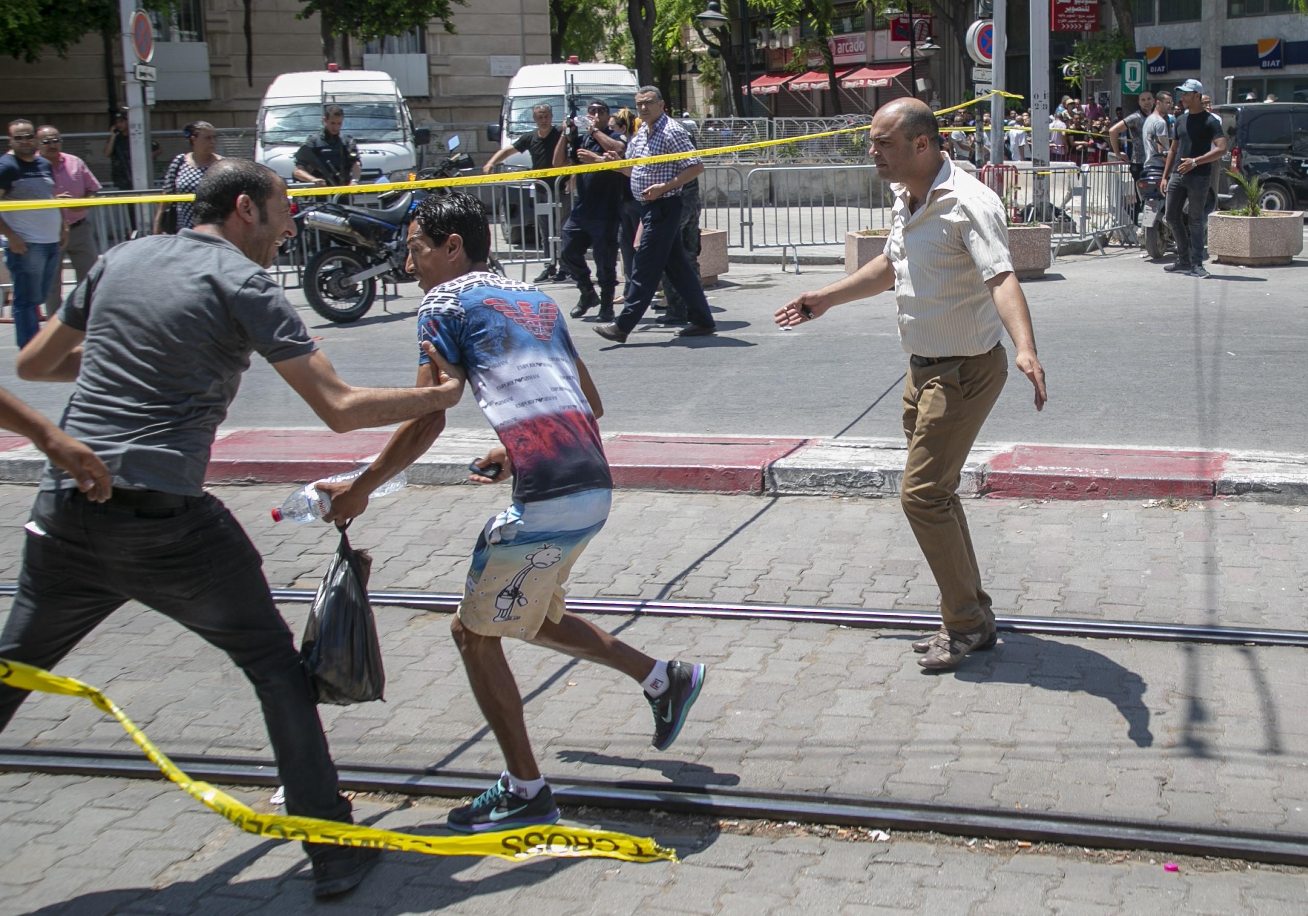 Rendőri célpontokra támadtak öngyilkos merénylők Tunéziában