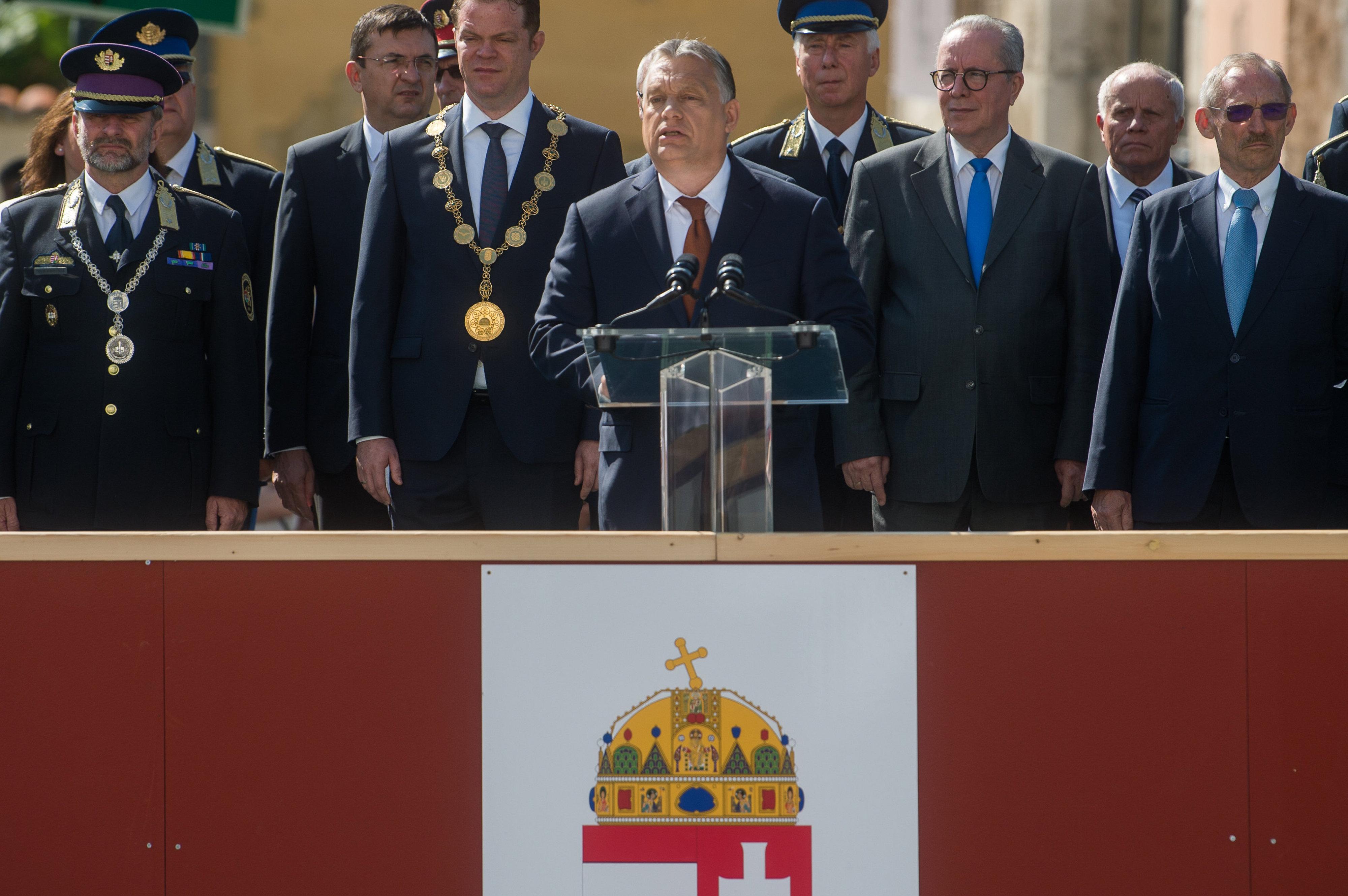 Orbán rendőrtiszteket avatott