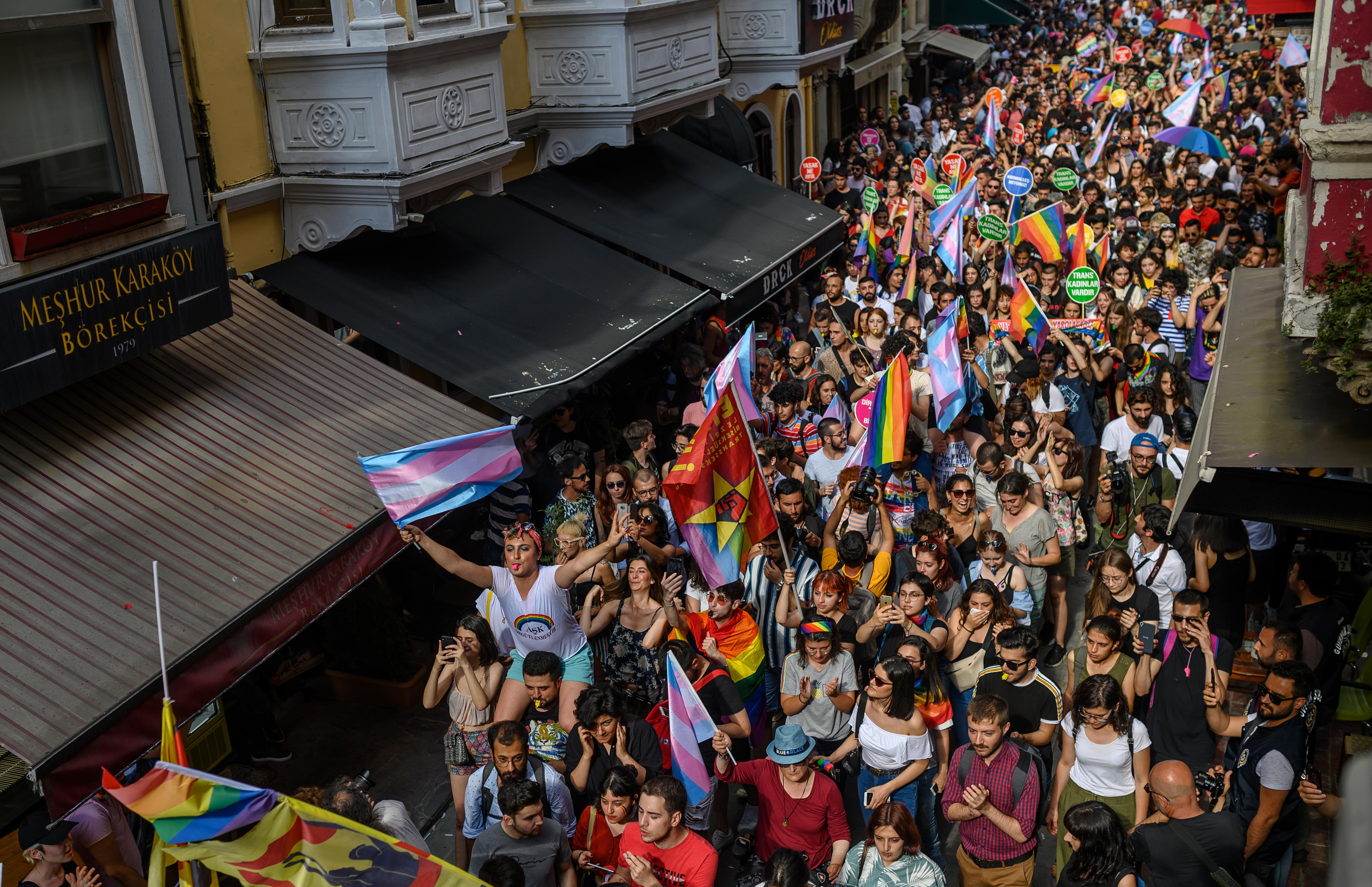 Könnygázzal oszlatták fel a Pride-ot Isztambulban