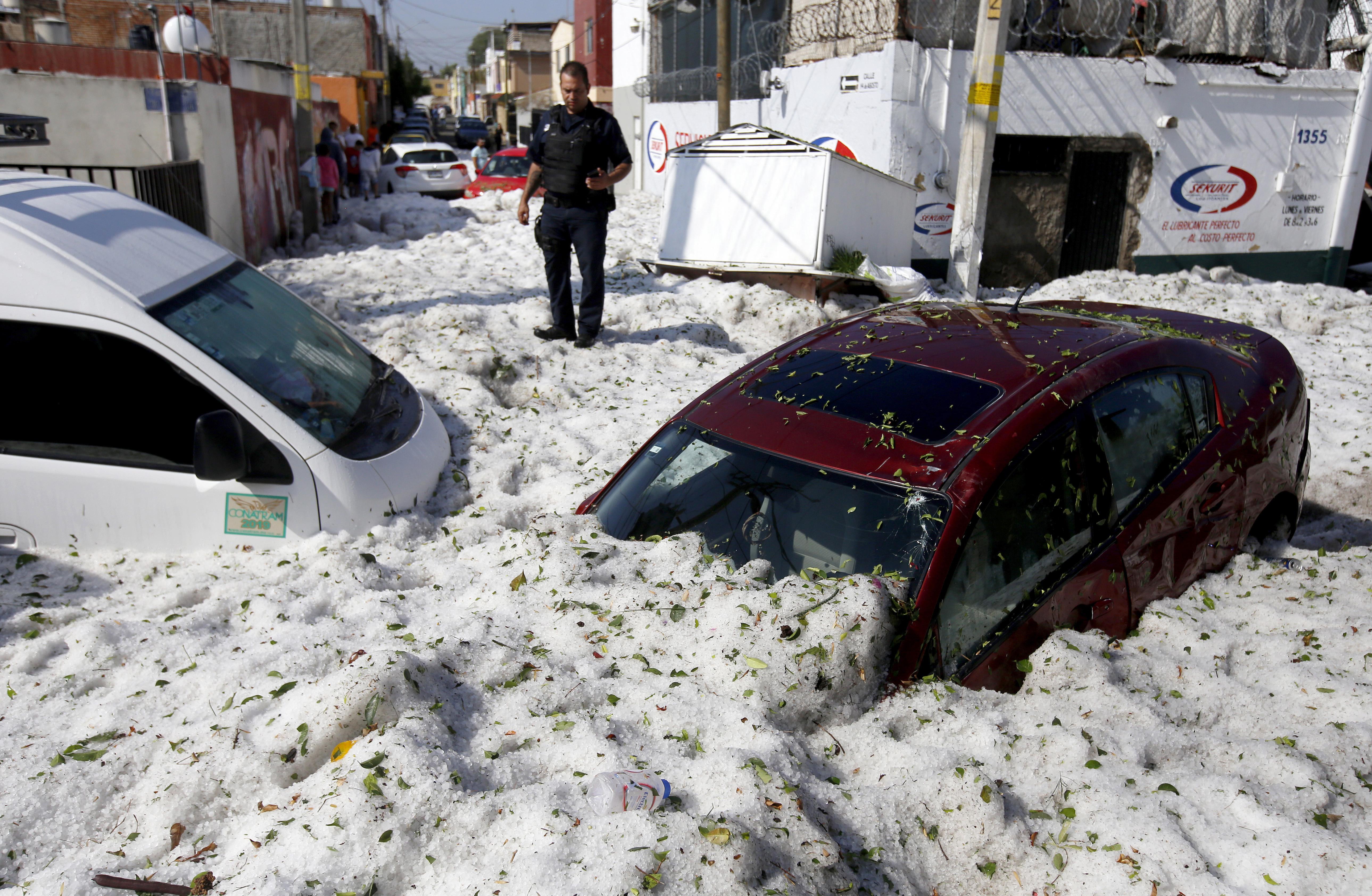 Másfél méteres jégréteget hagyott maga után a mexikói városra lecsapó jégeső