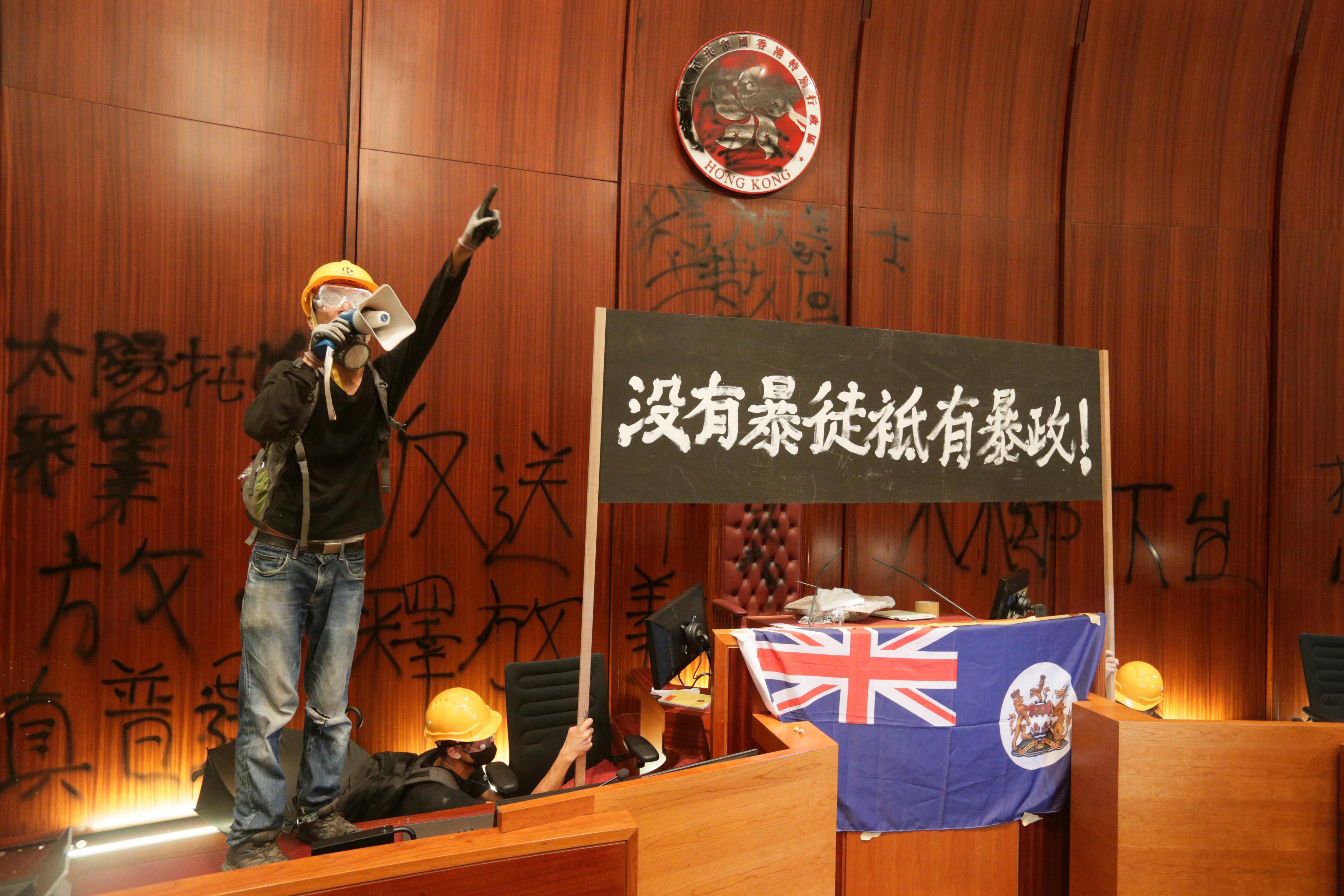 A rendőrség könnygázzal oszlatta szét a tüntetőket, akik behatoltak a hongkongi törvényhozás épületébe