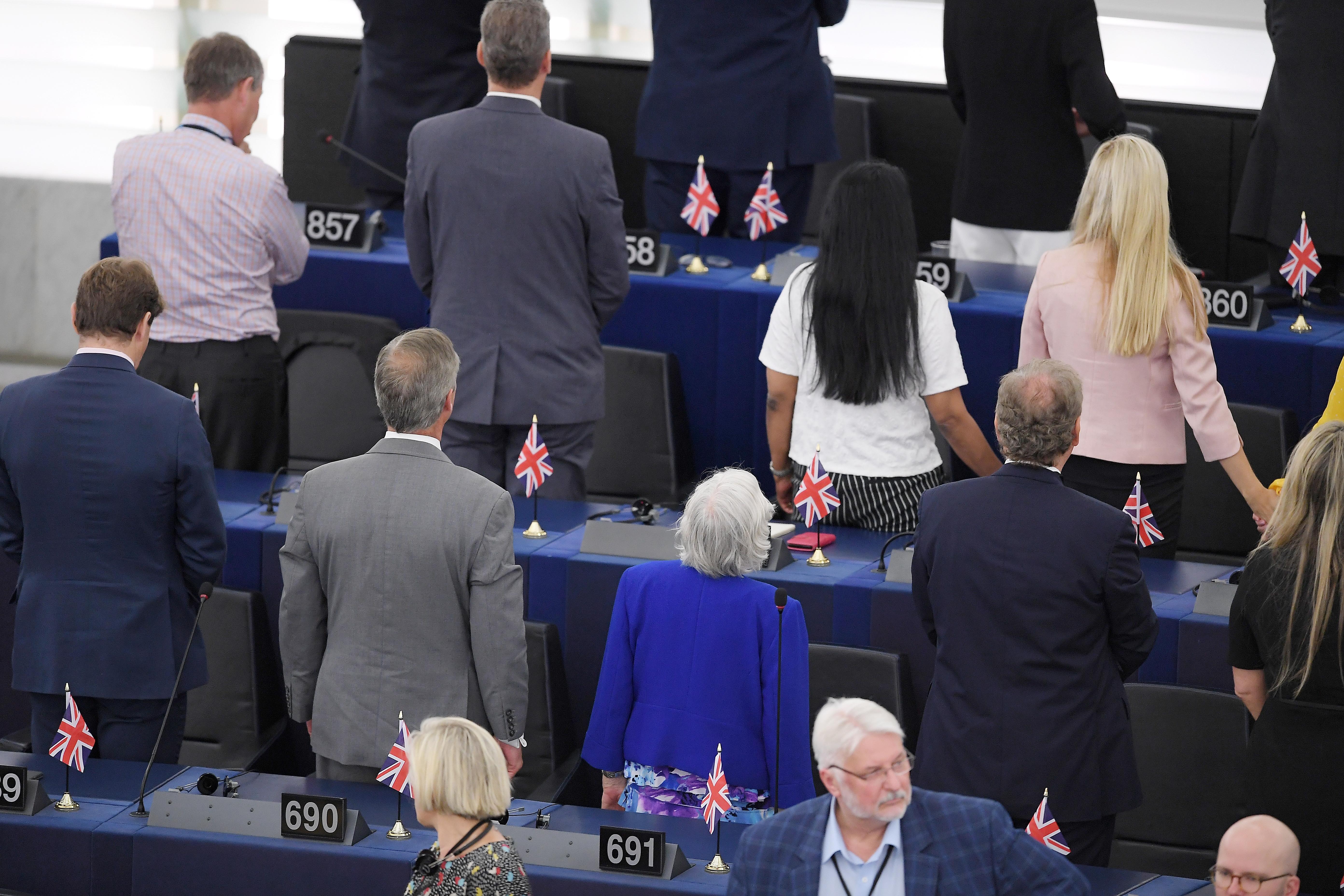 Már az EP nyitóülésén hátat fordított a teremnek a Brexit Párt