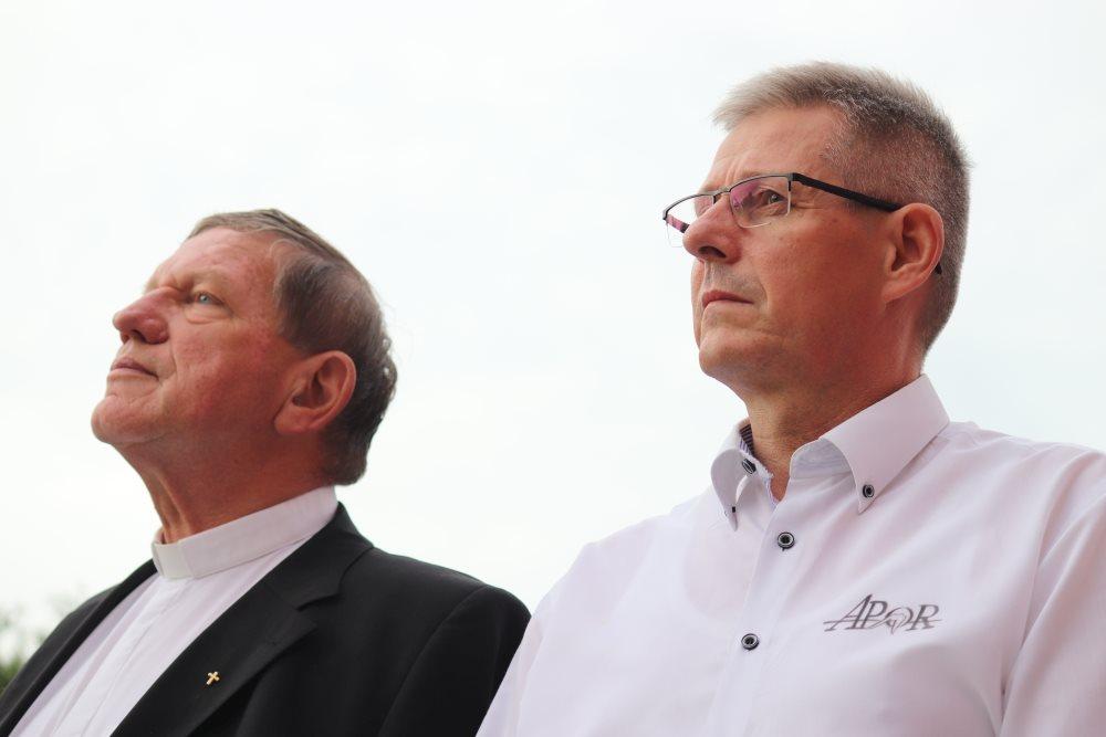 Több százan tüntettek a győri egyházi iskola előtt, mert a püspök indoklás nélkül lecseréli a népszerű igazgatót