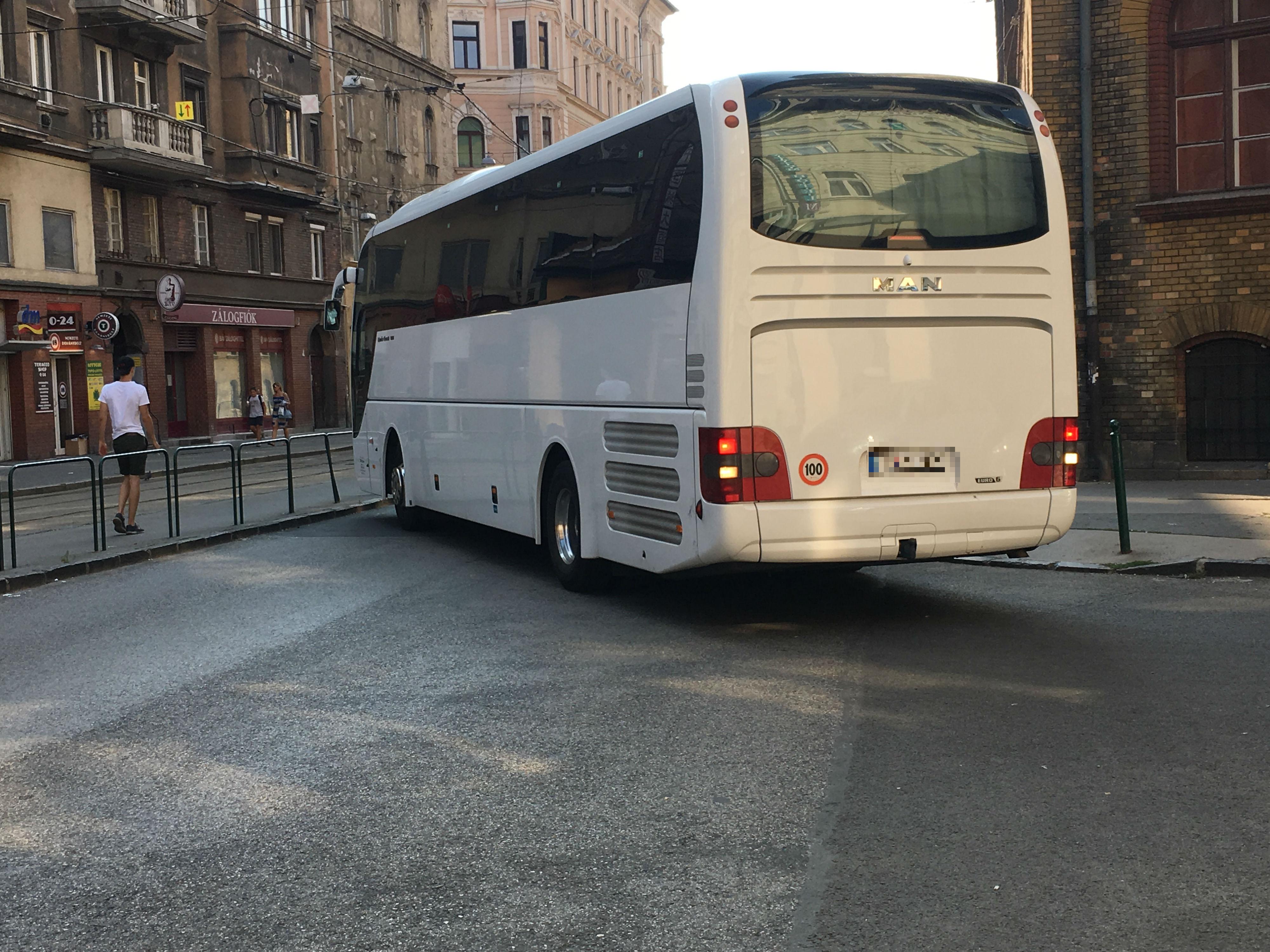 Szombattól tényleg nem mehetnek át a turistabuszok a Lánchídon