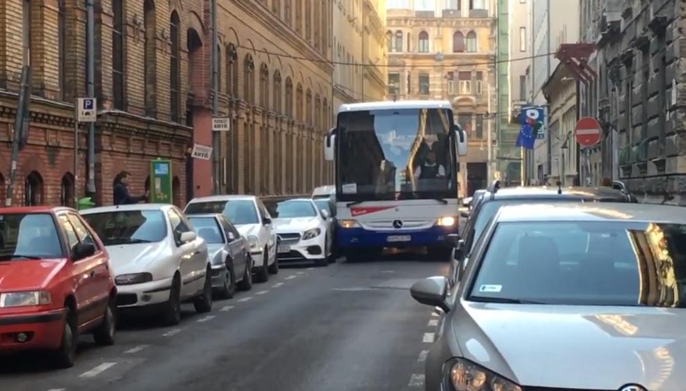 Már sehogy se lehet A-ból B-be jutni Budapesten, de a turistabuszoknak még mindig jut hely