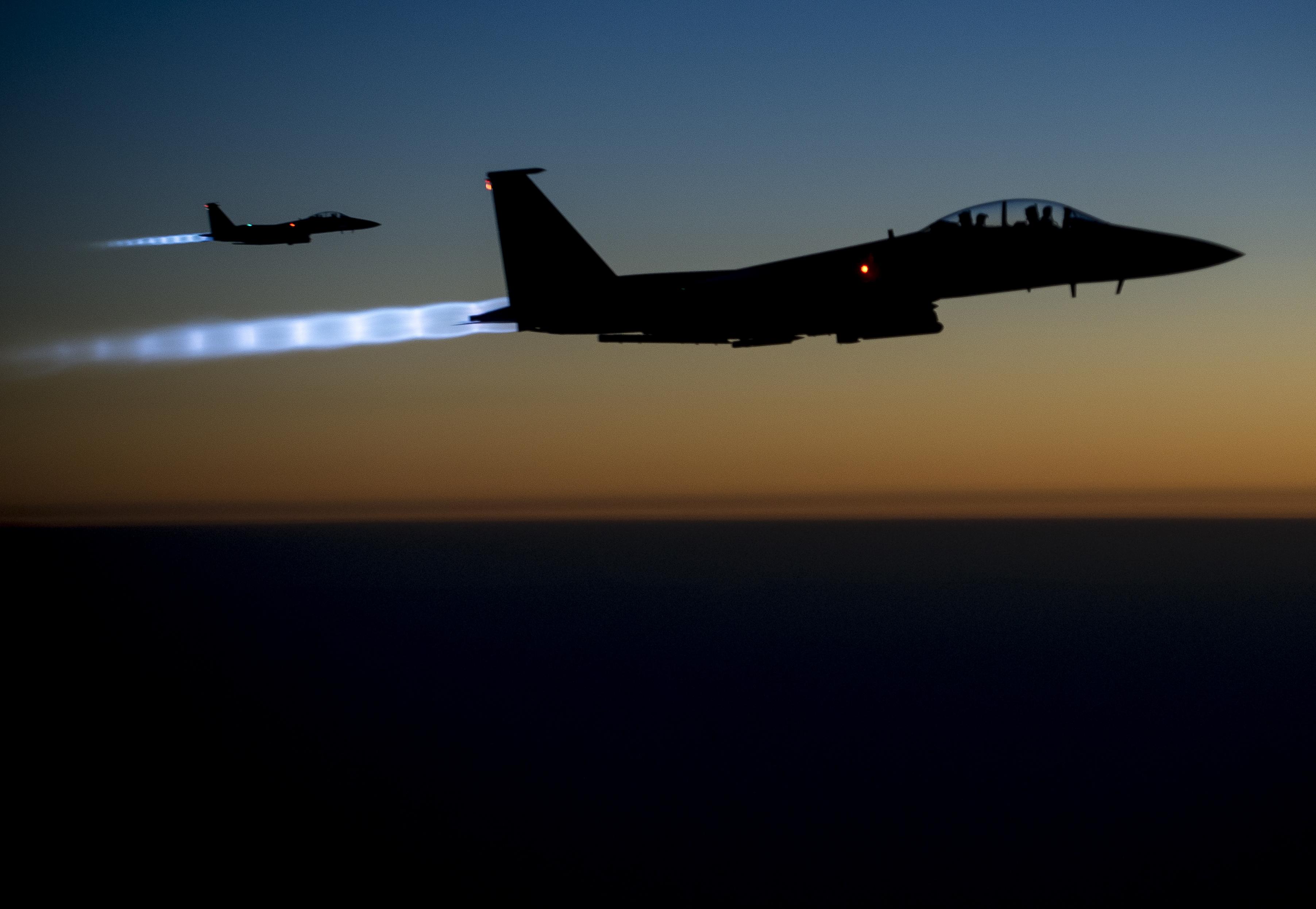 Kis híján letarolt két brit ejtőernyőst egy amerikai vadászgép