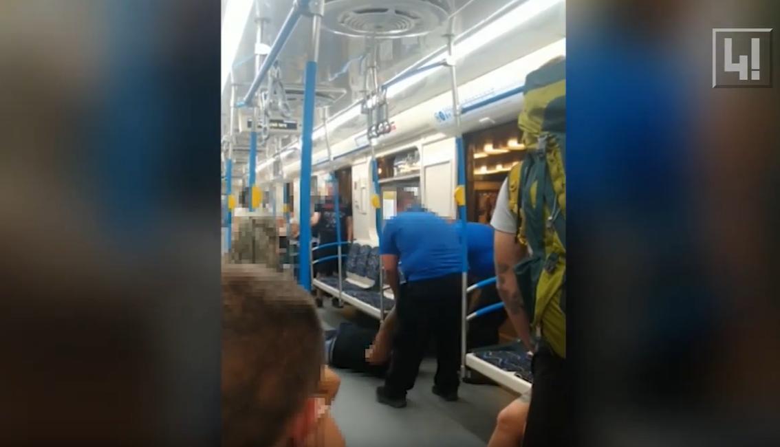 Reagál a BKV: részeg volt a metróból a földön húzva kivonszolt utas