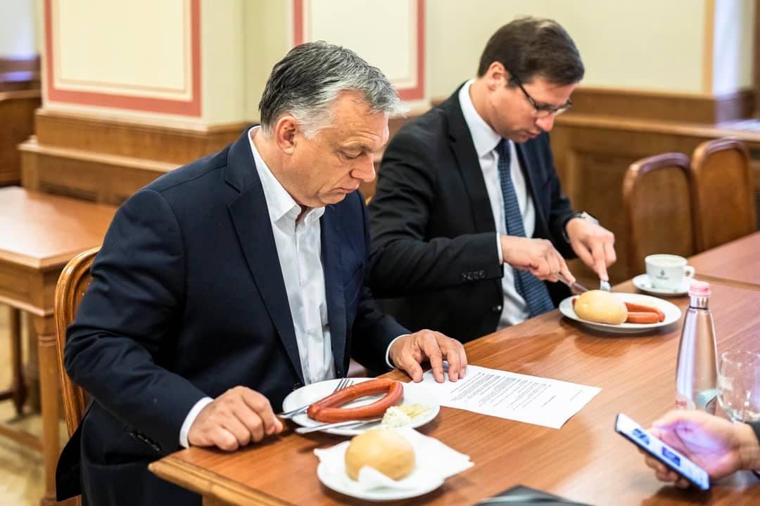 9:12: Orbán Viktor megreggelizett