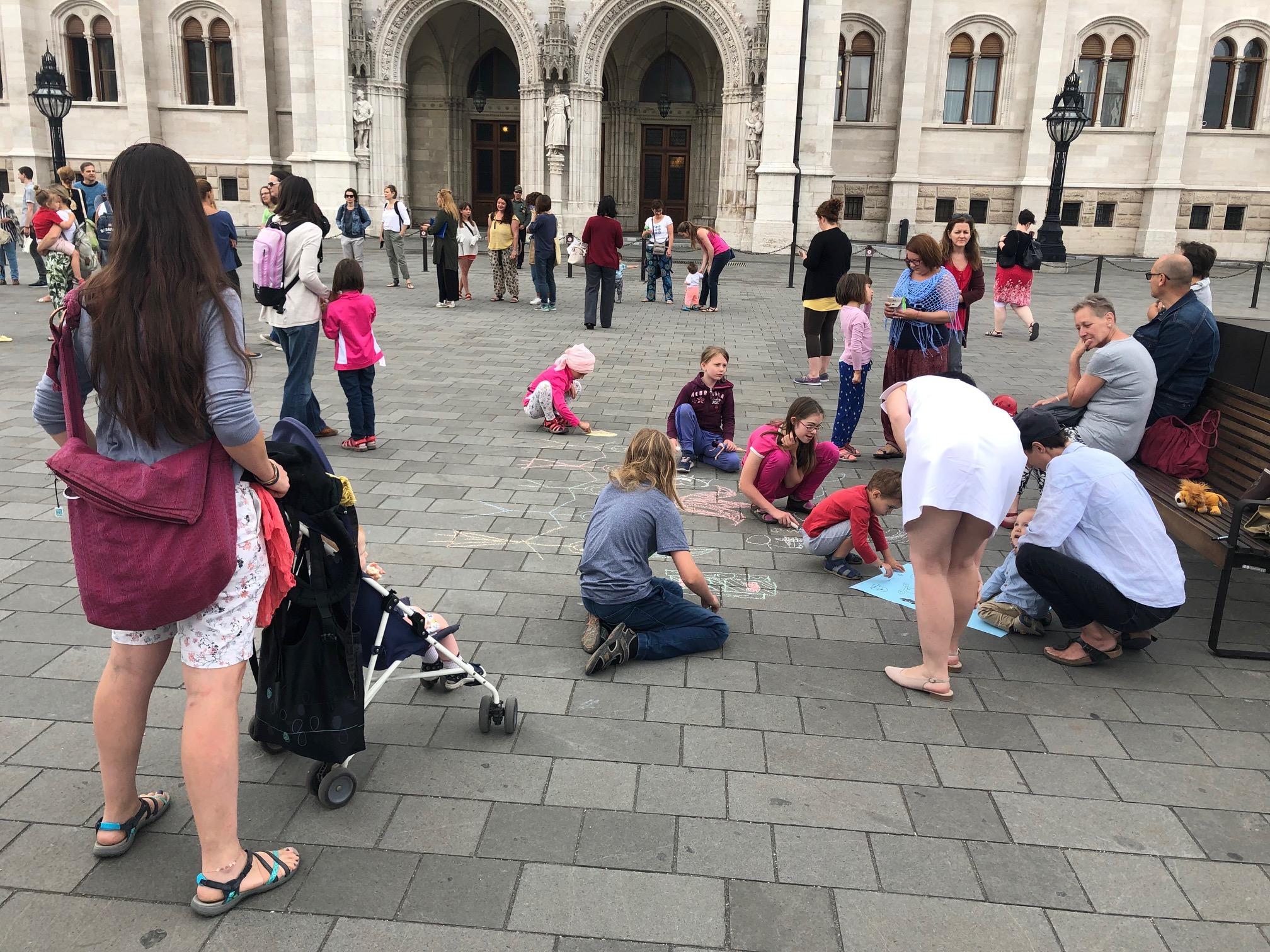Értetlen, elkeseredett szülők tüntetnek csendben a Parlament előtt a köznevelési törvény módosítása ellen