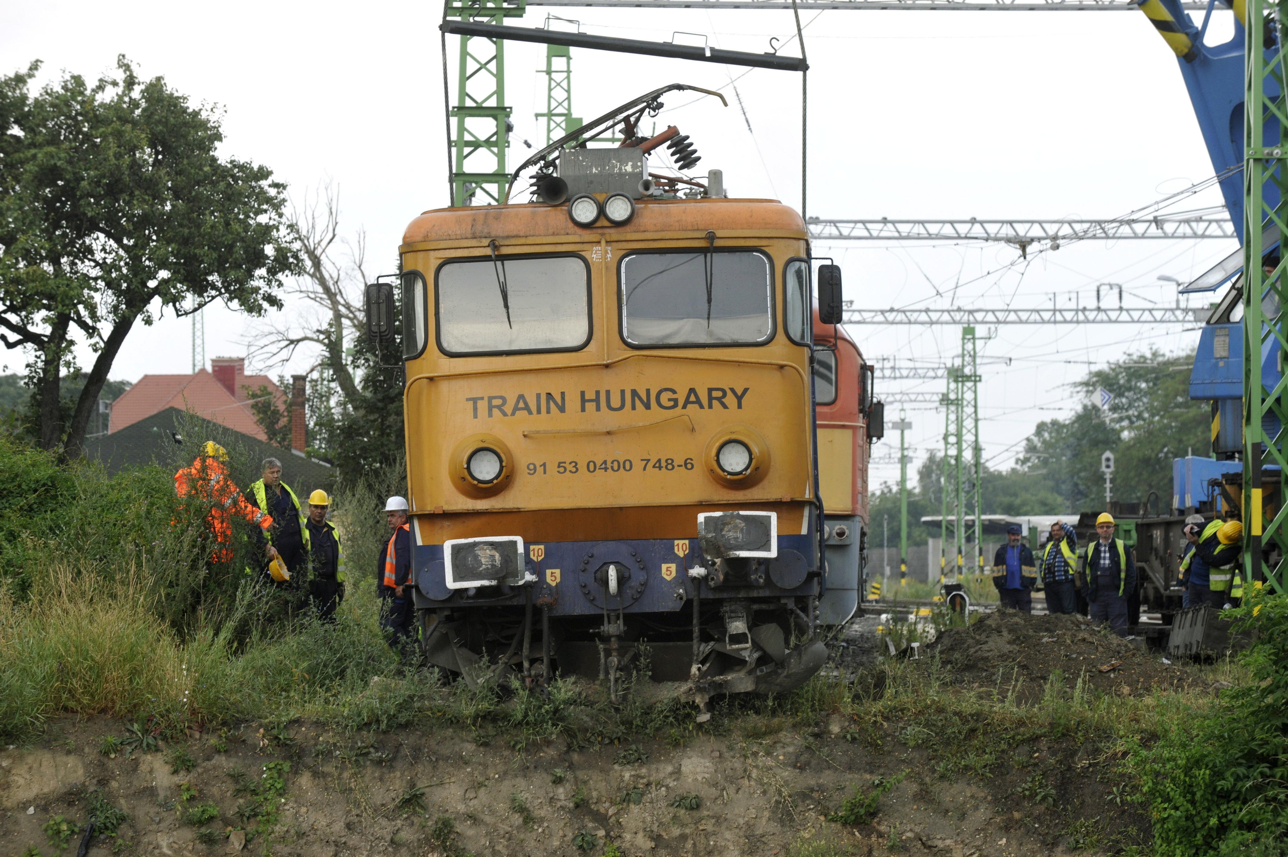 Elszállítják a kisiklott mozdonyt, amelyik centikre a töltés szélétől állt meg