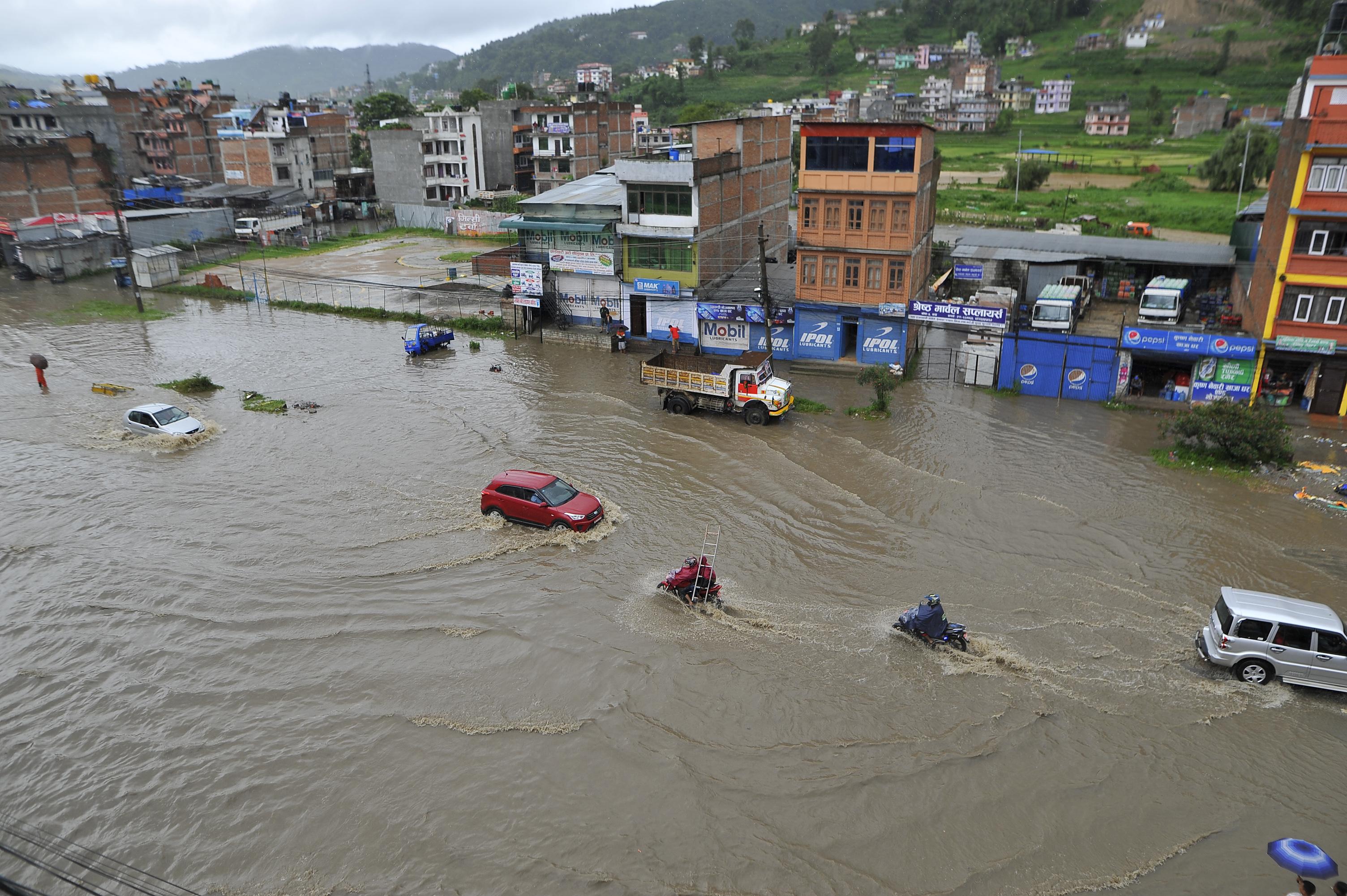 Árvizek Indiában és Nepálban, bozóttüzek Szardínián