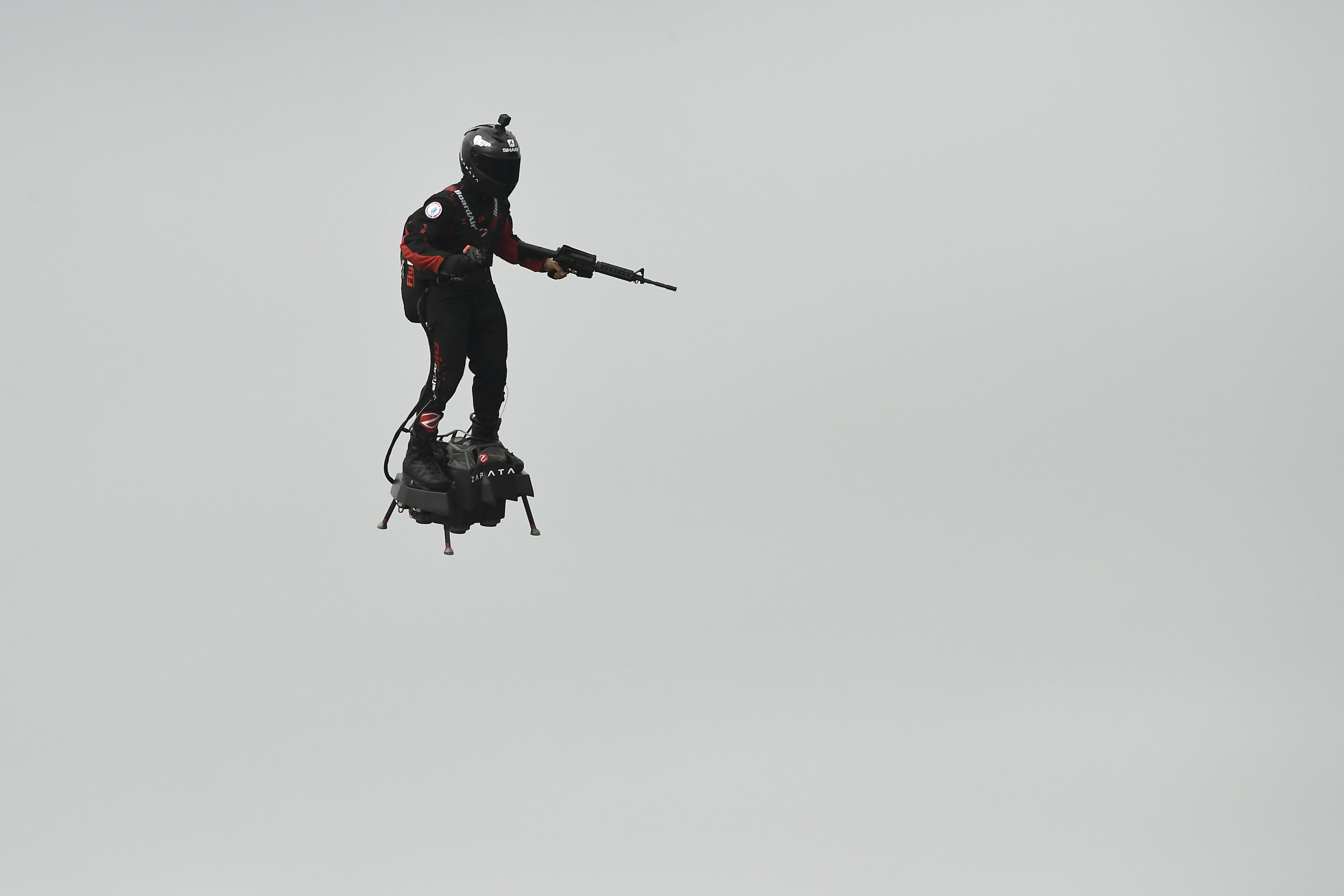 A jövő elkezdődött: egy fegyveres repkedett légdeszkán a párizsi katonai parádén