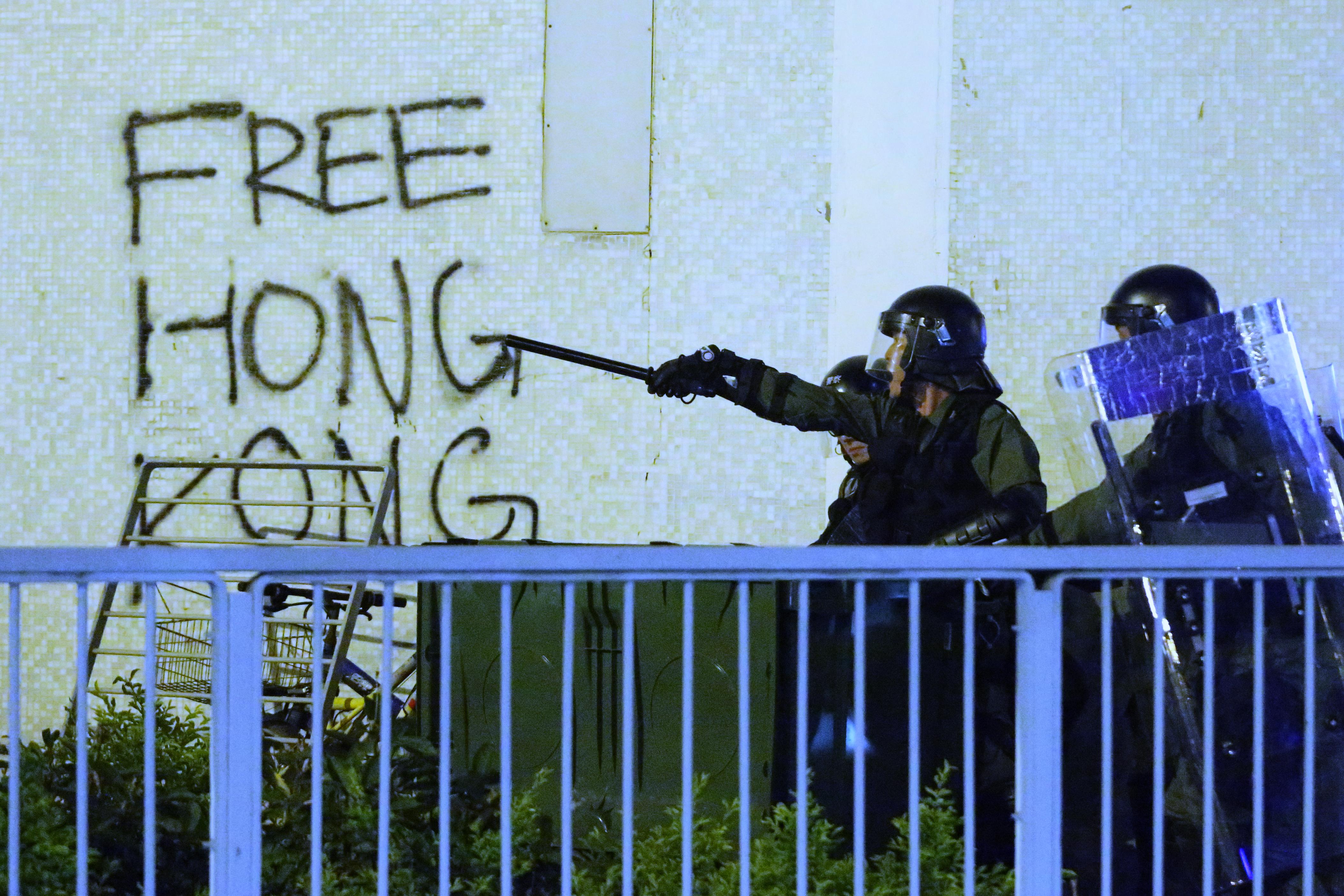 A rendőrök megint összecsaptak a tüntetőkkel Hongkongban