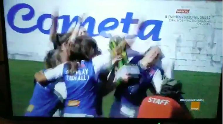 A szlovák női csapat kapitánya fogta a kupát, magasba emelte, úgy ütve ki saját csapattársát, mint Piedone a kis drogcsempészt