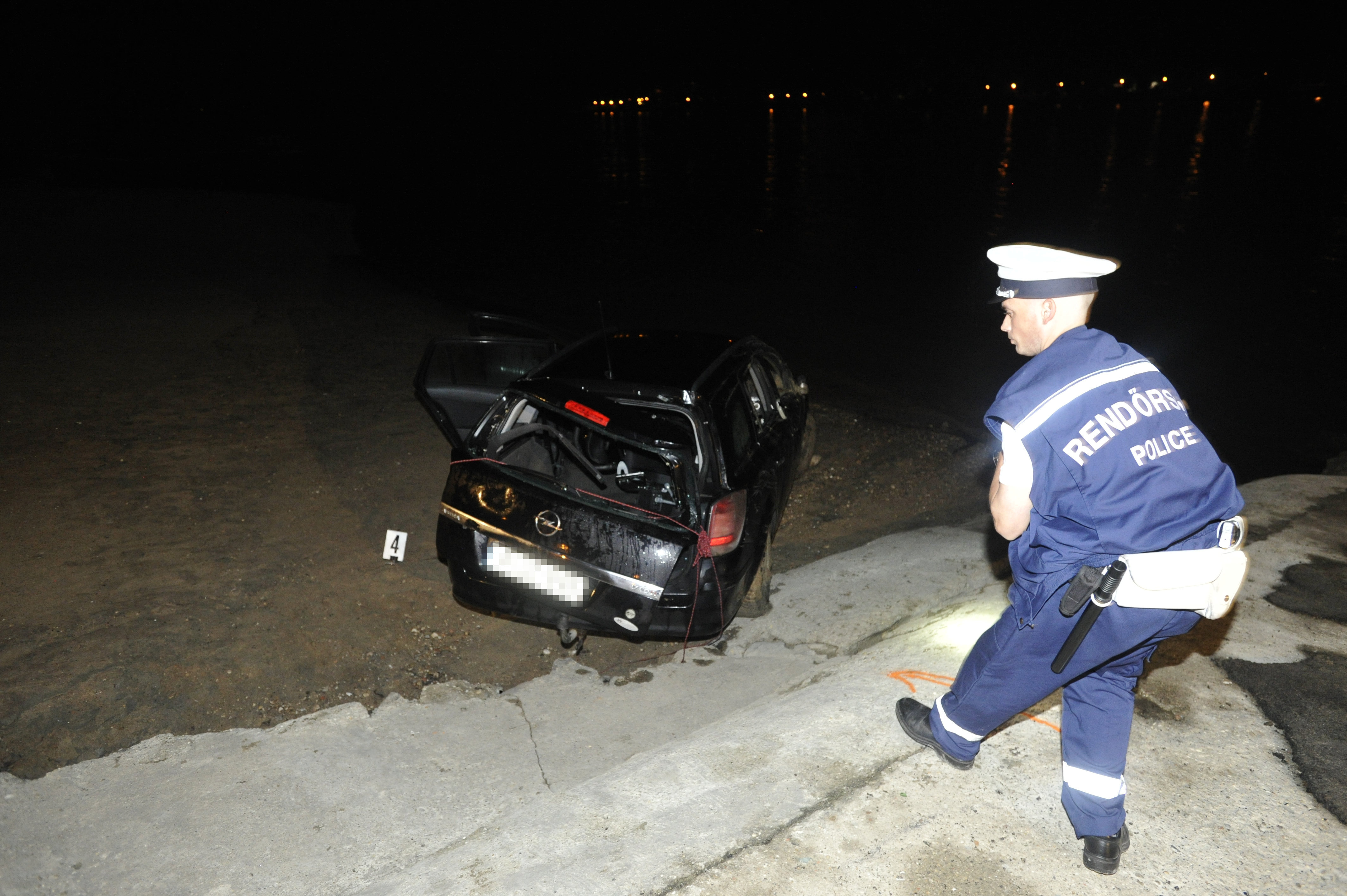 Elsüllyedt egy autó a Dunában