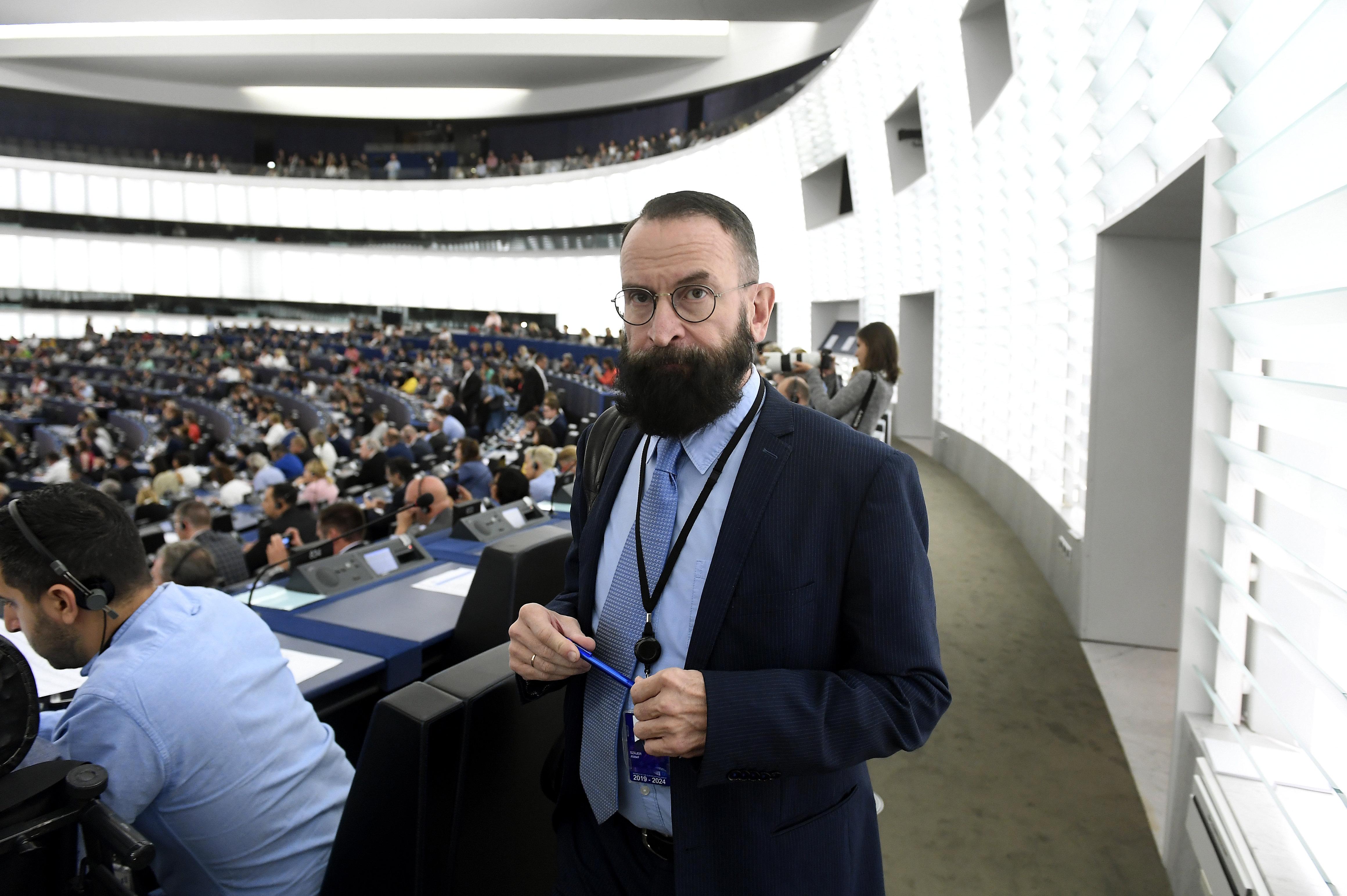 Ujhelyi az Európai Parlament munkájának akadályozásával vádolja Szájer Józsefet
