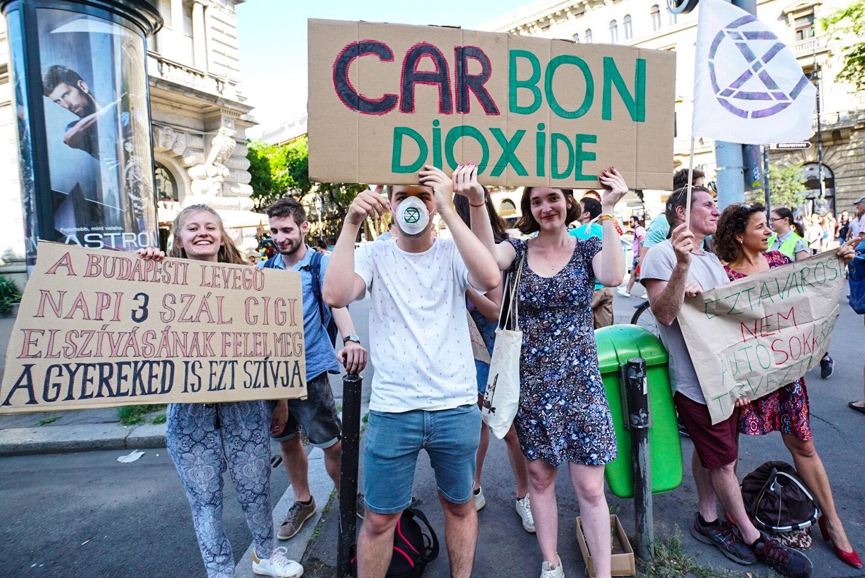 """""""Büdös a város"""" - a fővárosi légszennyezettség ellen tüntettek az Andrássy úton"""