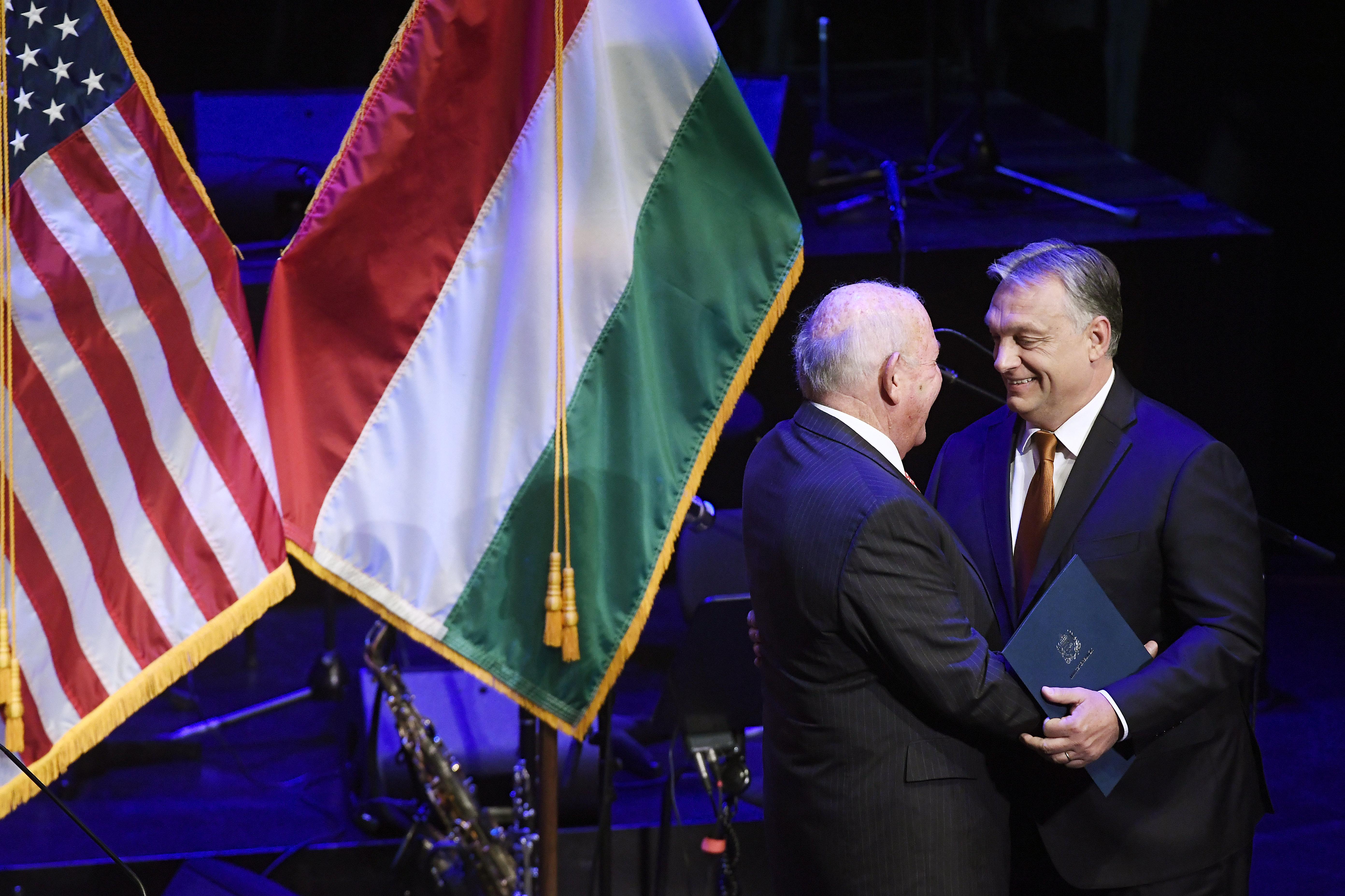 Amerikai szenátorok aggódnak, hogy Cornstein nagykövet akadályozni próbálja a Magyarországra visszatérő Szabad Európa Rádió munkáját