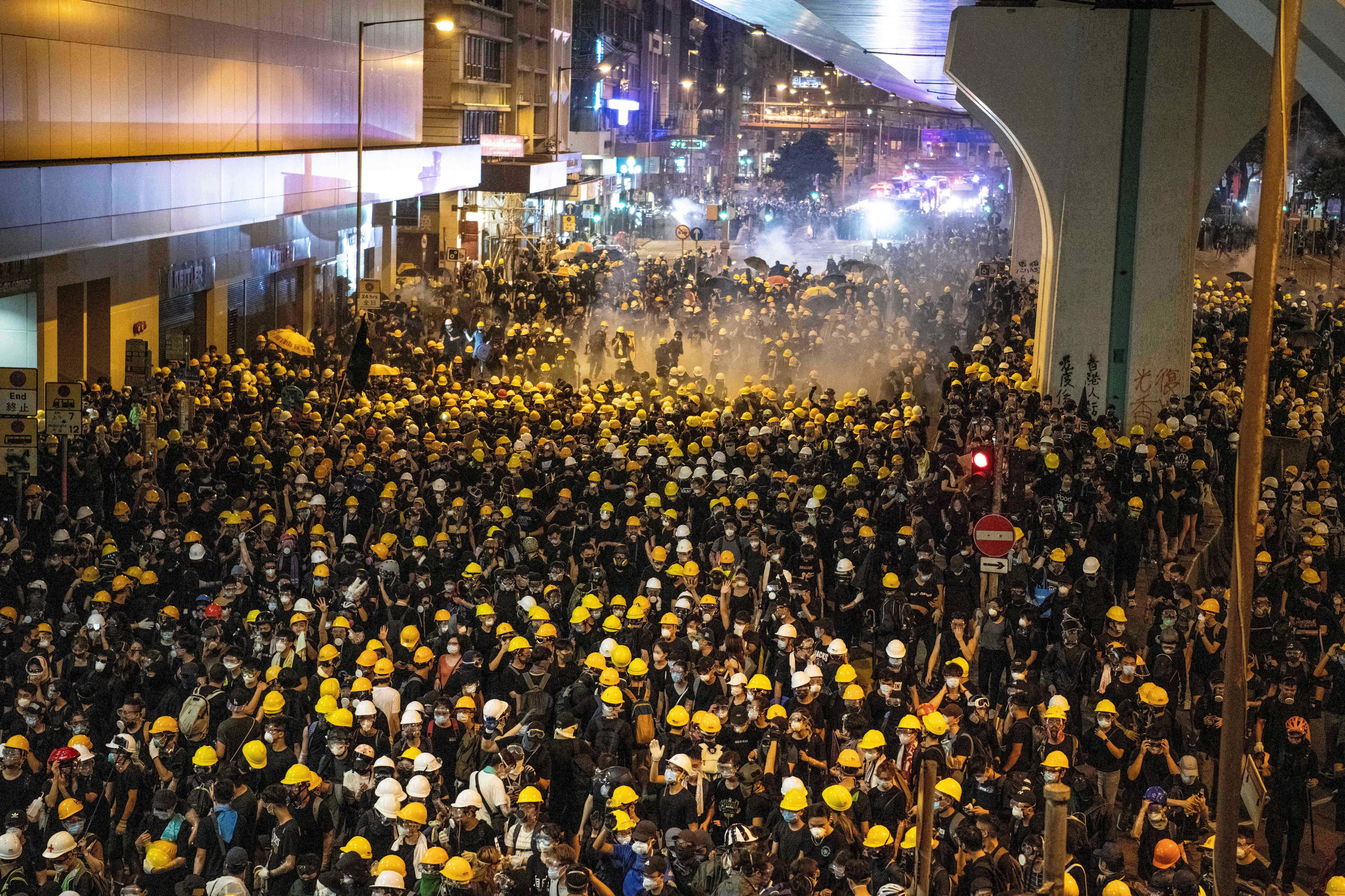 Könnygáz, gumilövedékek, ismét tízezrek Hong Kong utcáin