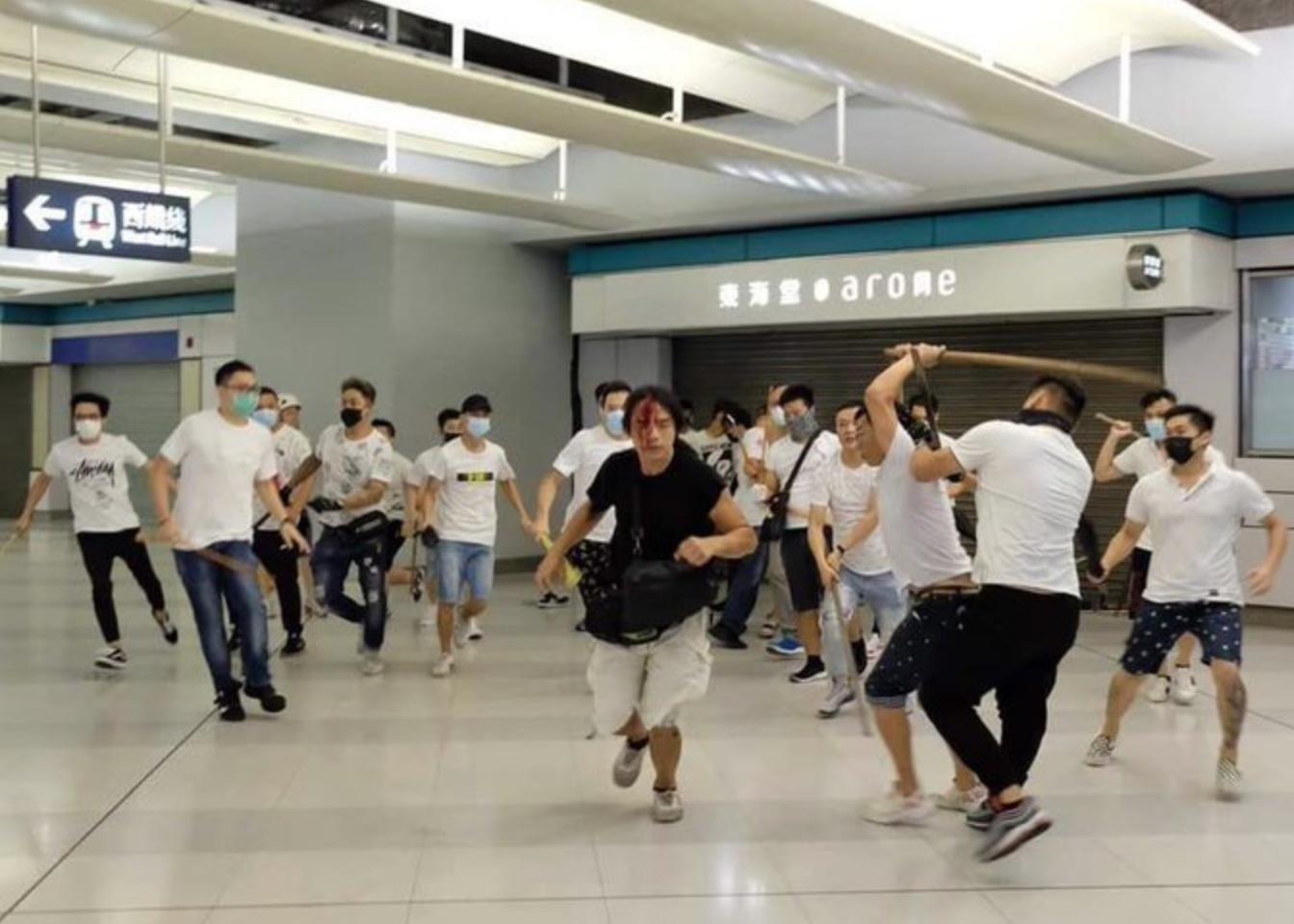 Megvadult bűnbandák ütik-verik a tüntetőket Hong Kongban