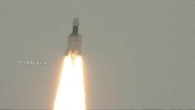Sikeresen Föld körüli pályára állították a Csandraján-2 indiai holdszondát