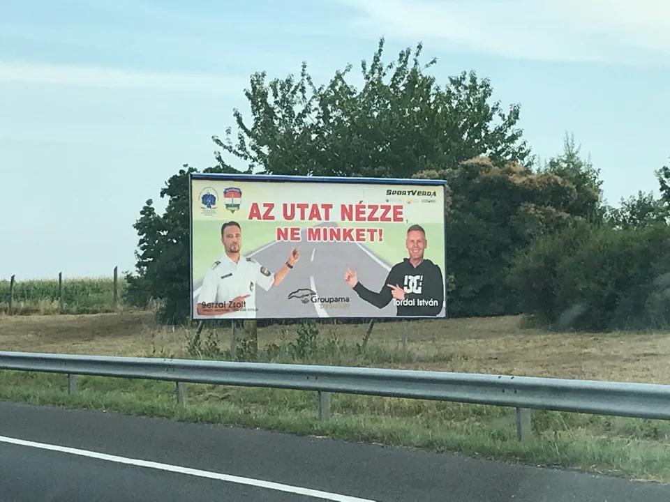 Az ütközés  pillanatában jössz rá, hogy mekkora poént süt el ez a biztonságos vezetésre figyelmeztető rendőrségi reklám