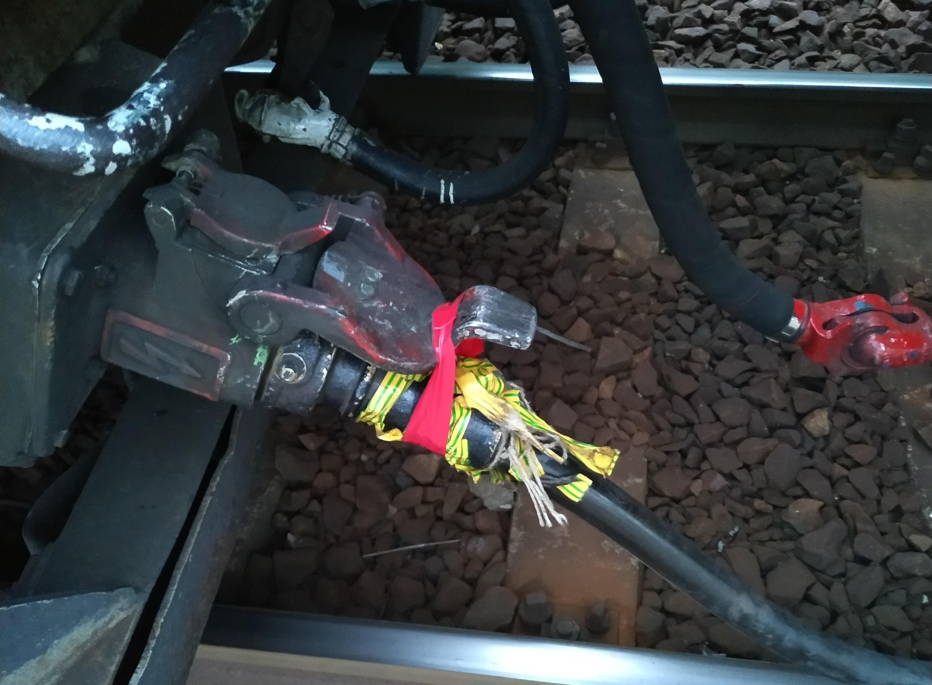 Egy olvasónk egy hónapja követi, hogy egy mozdony elektromos vezetékében szigetelőszalagokkal tartják a lelket