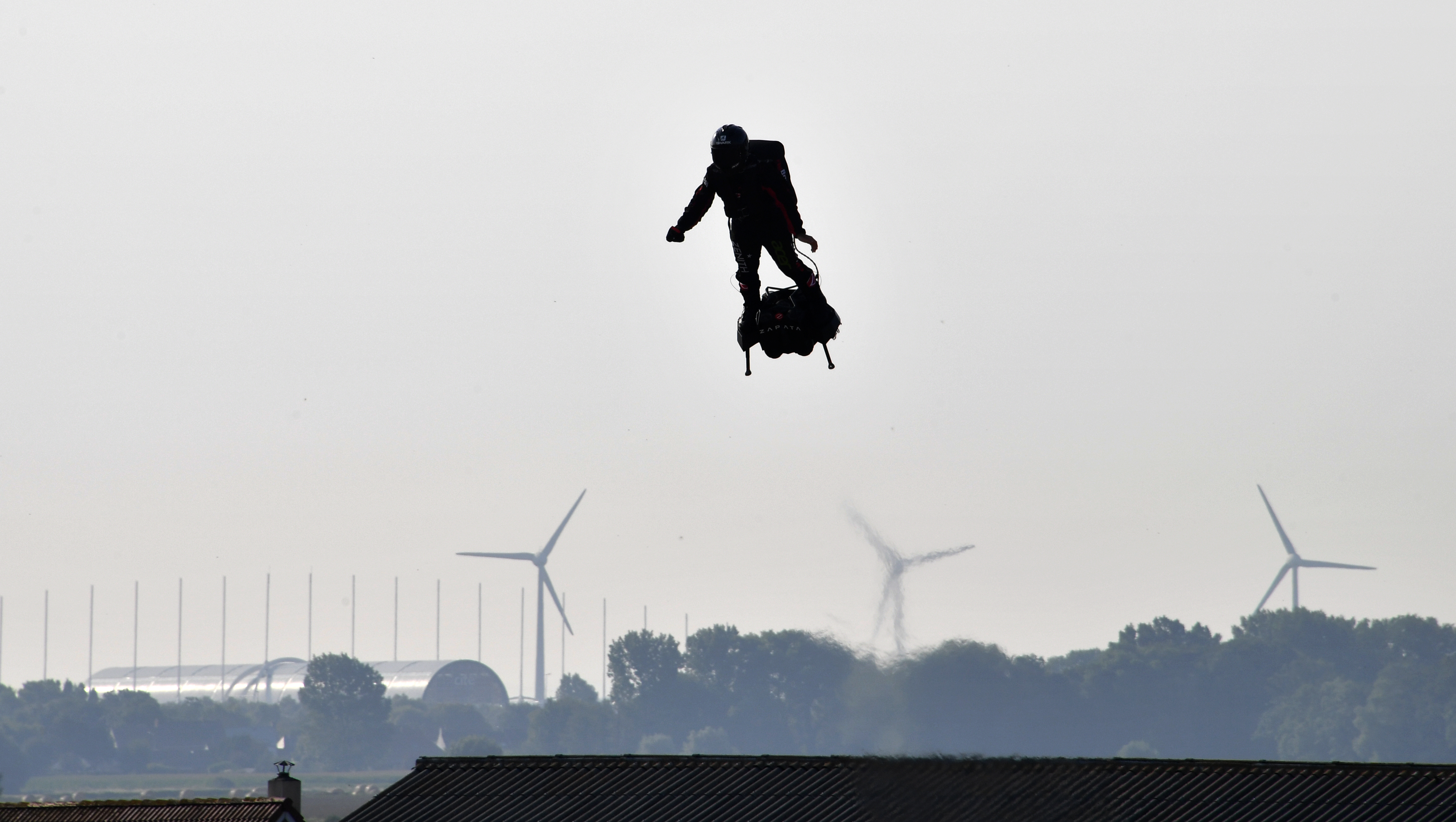 Megpróbálta átrepülni a La Manche-csatornát, de a vízbe pottyant a légdeszkás francia