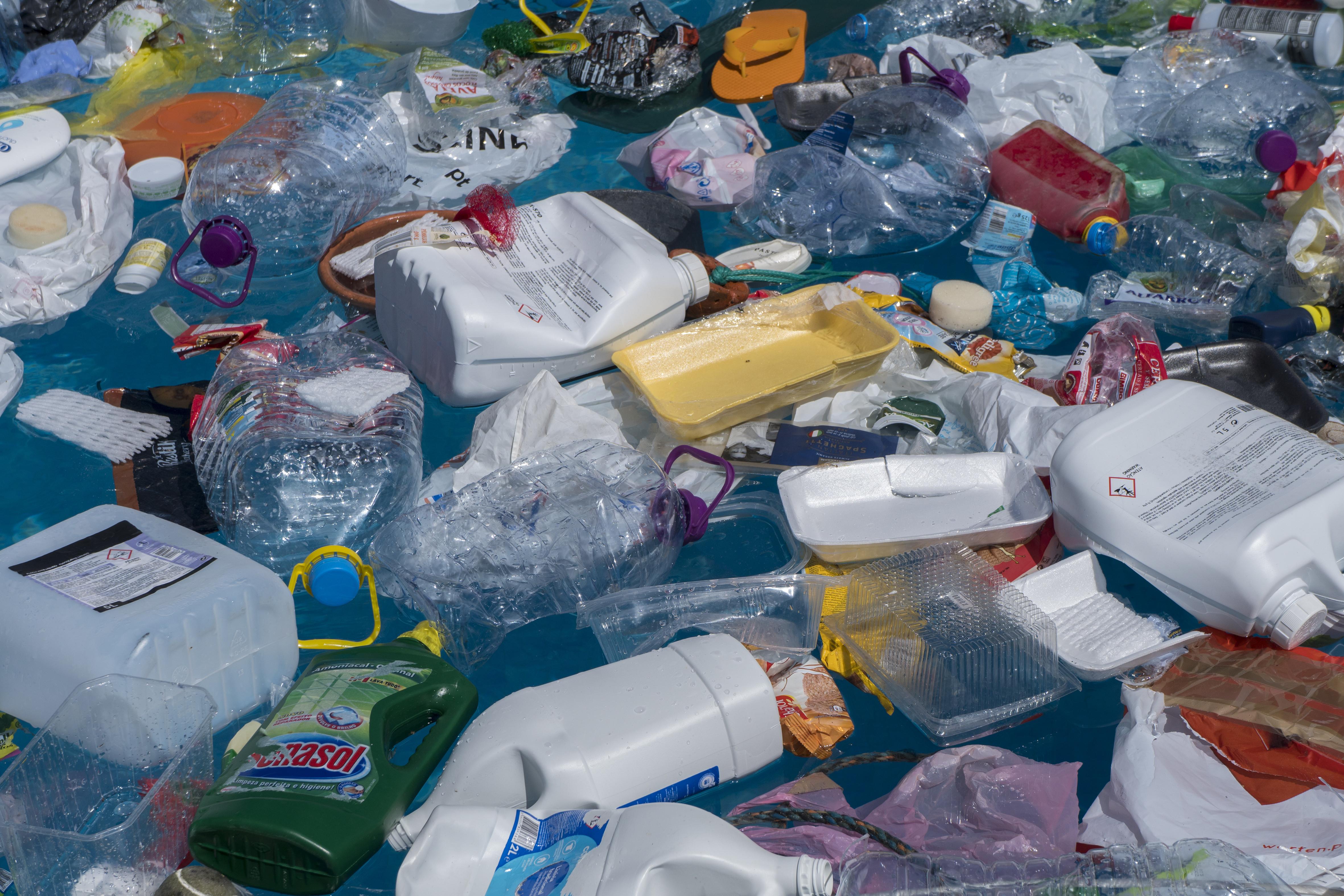 A műanyag csomagolások betiltását készíti elő az Európai Bizottság