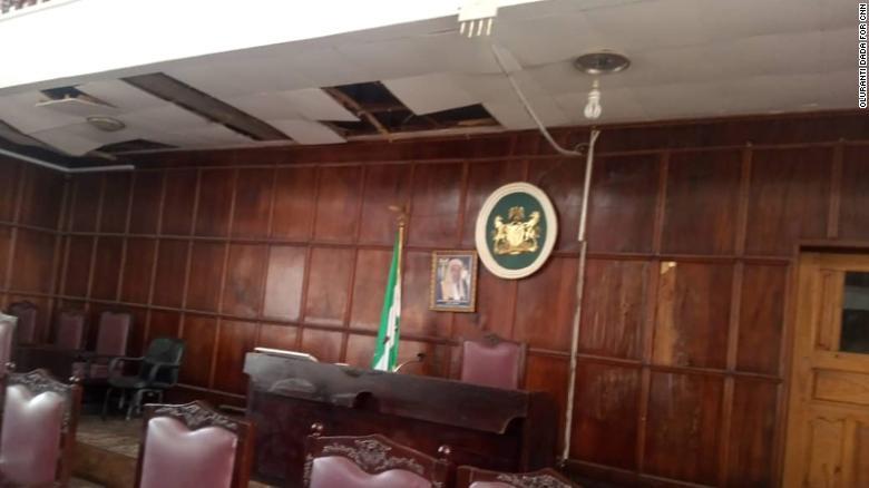 Kígyó esett le a parlament plafonjáról Ondóban, fejvesztve menekültek a képviselők