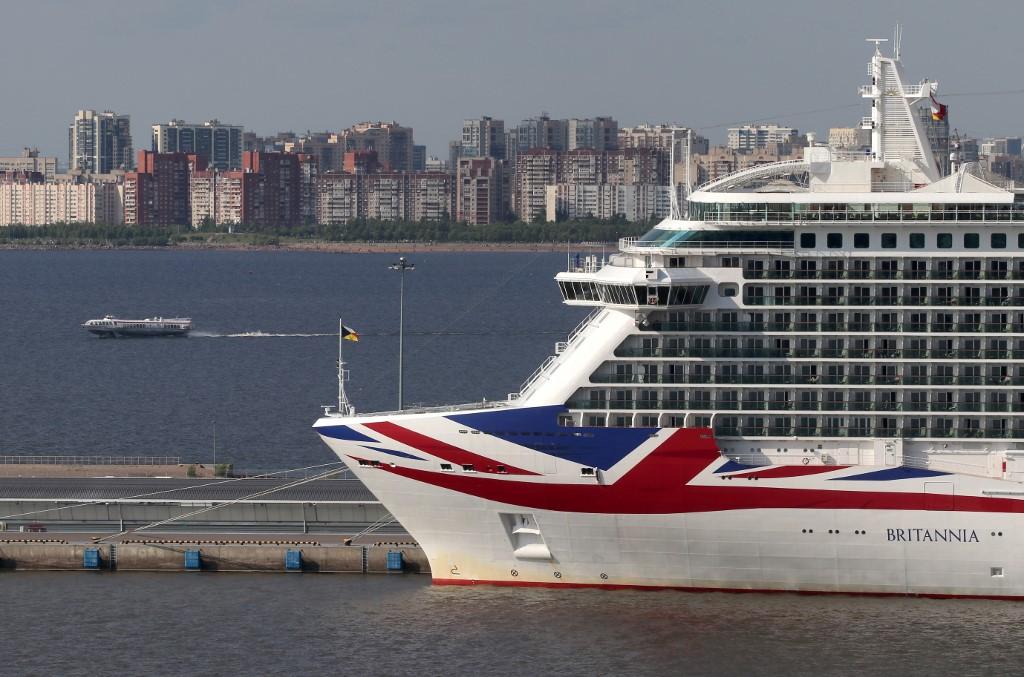 Tömegverekedés tört ki egy brit óceánjáró hajón, amin egy hatalmas hazafias partit tartottak