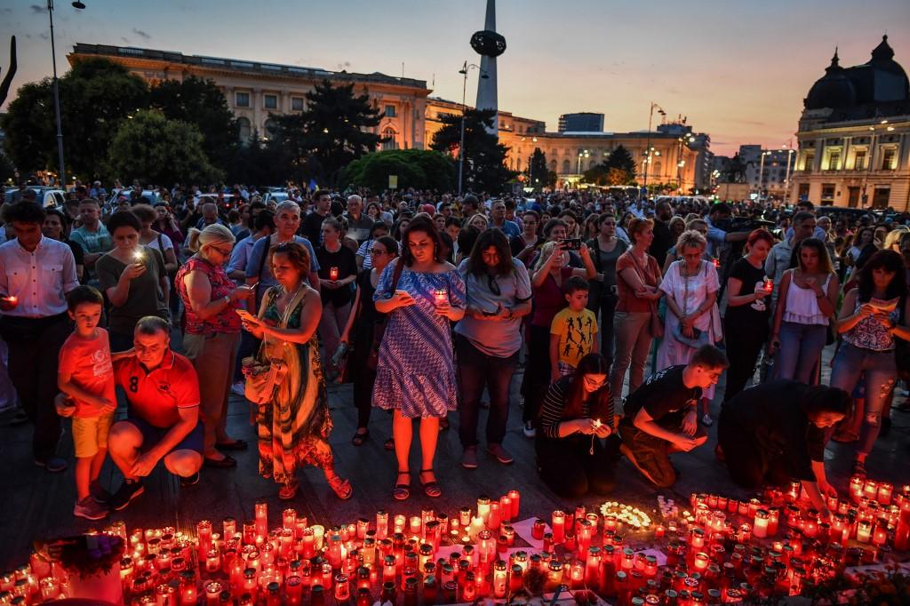 Ezrek tüntettek Bukarestben az autóstoppos horrorgyilkosság kétbalkezes rendőrségi kezelése miatt