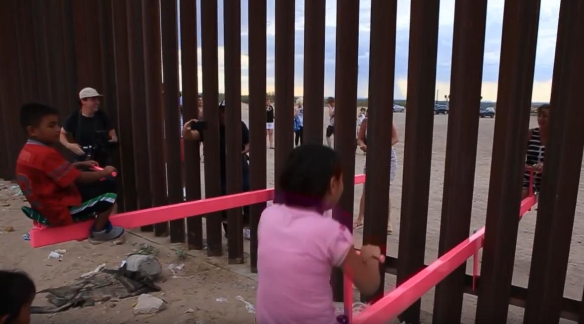 Művészek mérleghintákat szereltek az amerikai-mexikói határfalba, a gyerekek egyből játszani is kezdtek vele