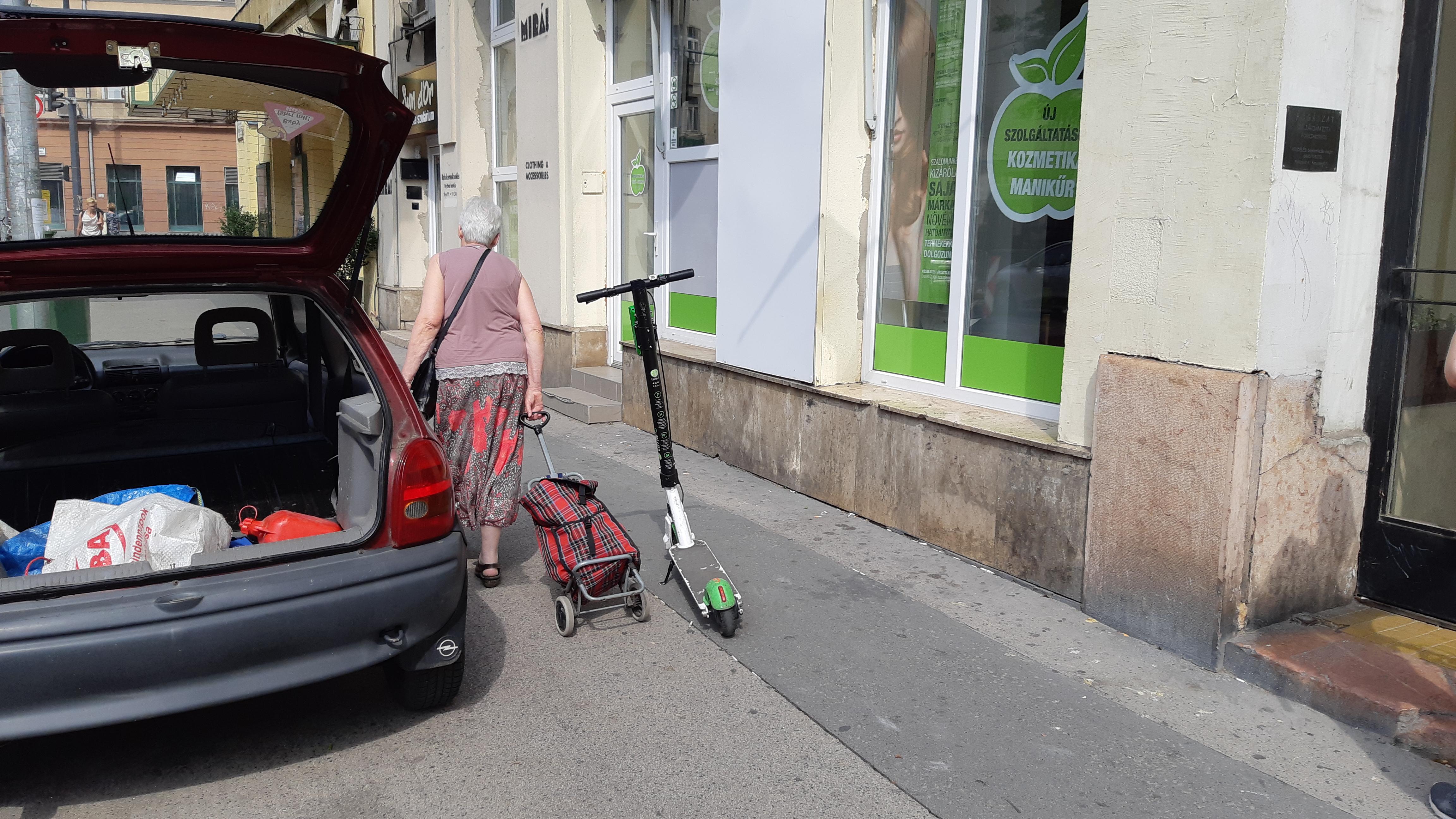Már alig férnek el az elektromos rollerek a gyalogosoktól az utcán :(