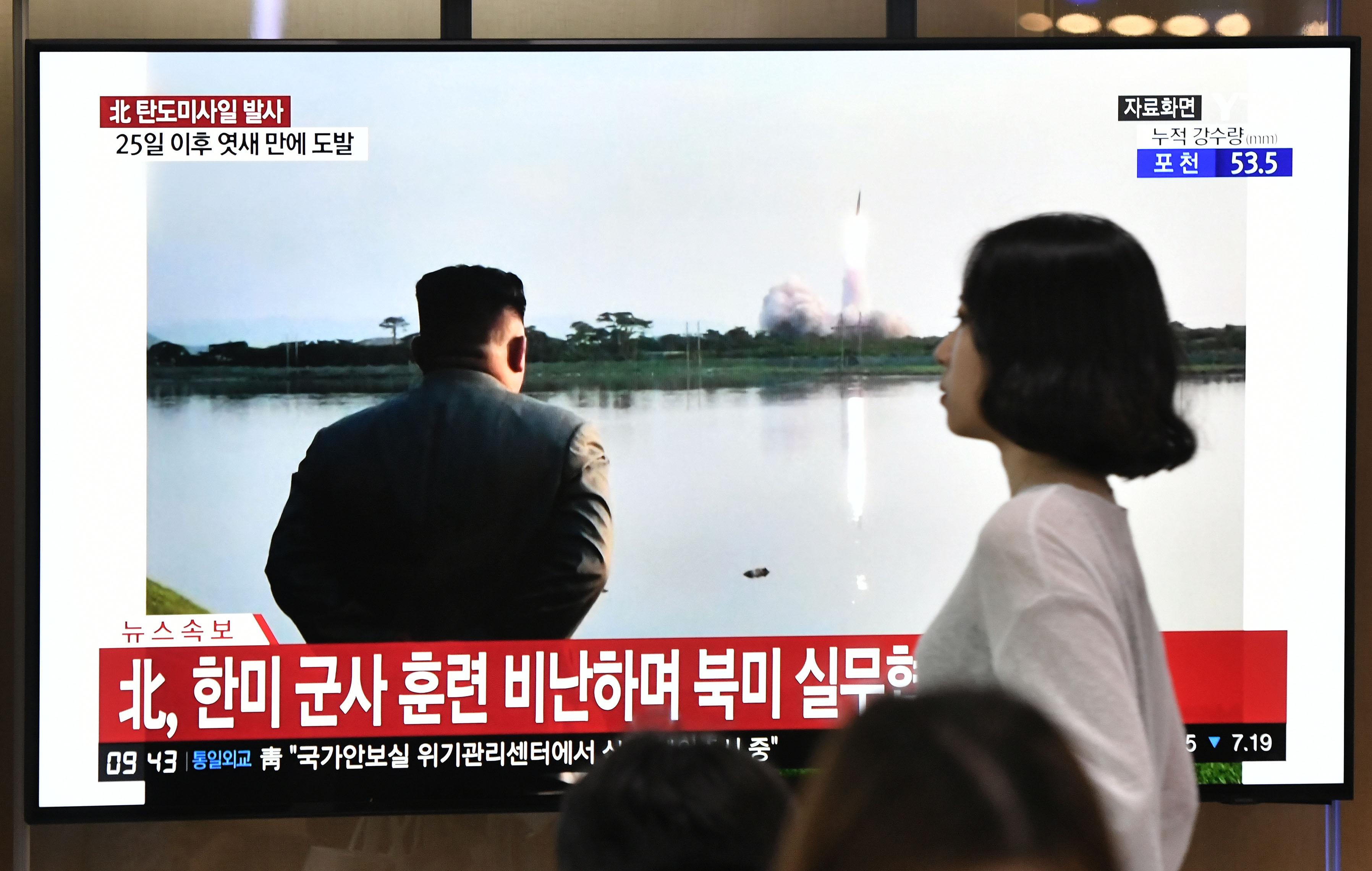 Észak-Korea most sorozatvető rakétarendszert tesztelt