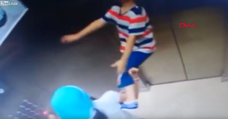 Nyakában madzaggal lépett a liftbe a török kisfiú, a lift felakasztotta, ám ekkor lépett közbe a tesója