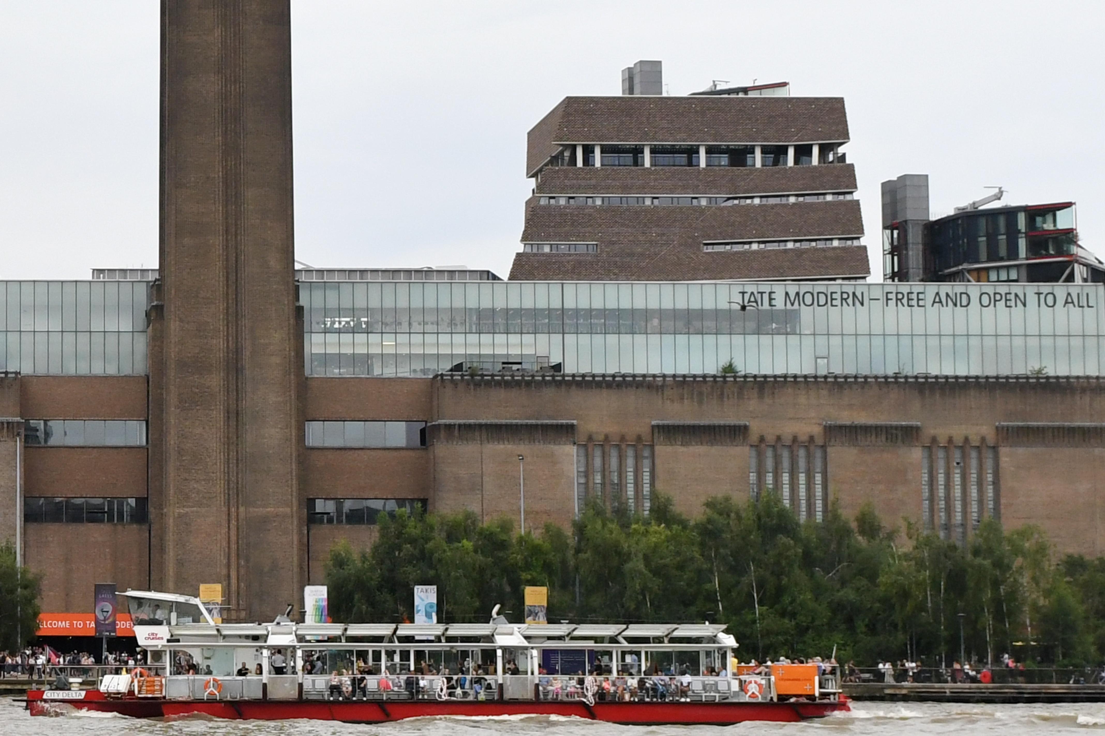 Életfogytiglant kapott a brit tinédzser, aki ledobott egy 6 éves kisfiút a Tate Modern tetejéről