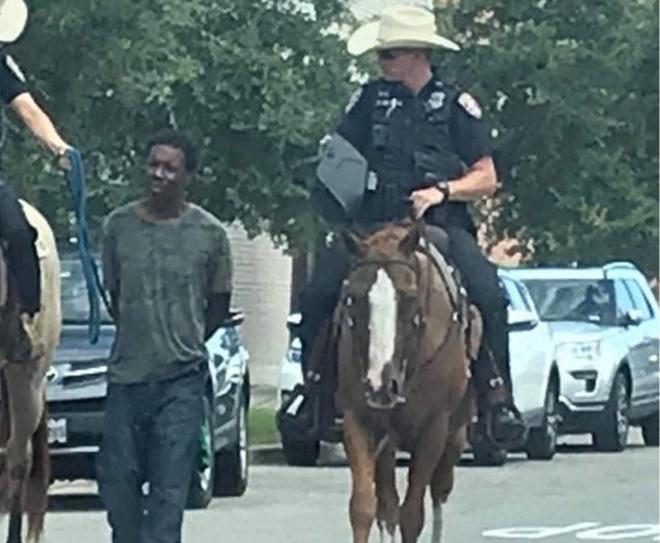 Két fehér texasi rendőr lóháton, kötélen vezetett egy fekete férfit