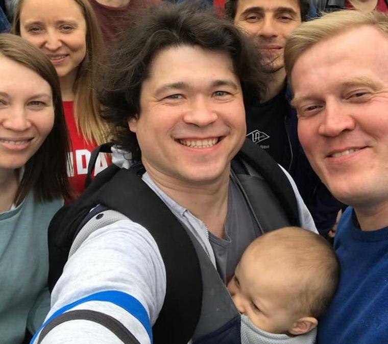 El akarják venni egyéves gyermekét egy orosz pártól, csak mert magukkal vitték a tüntetésre
