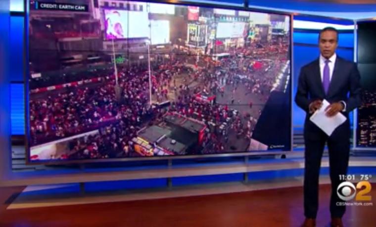 Pánikban menekültek az emberek a Times Square-en, mert azt hitték, lövöldöznek, pedig csak motorosok durrogtattak